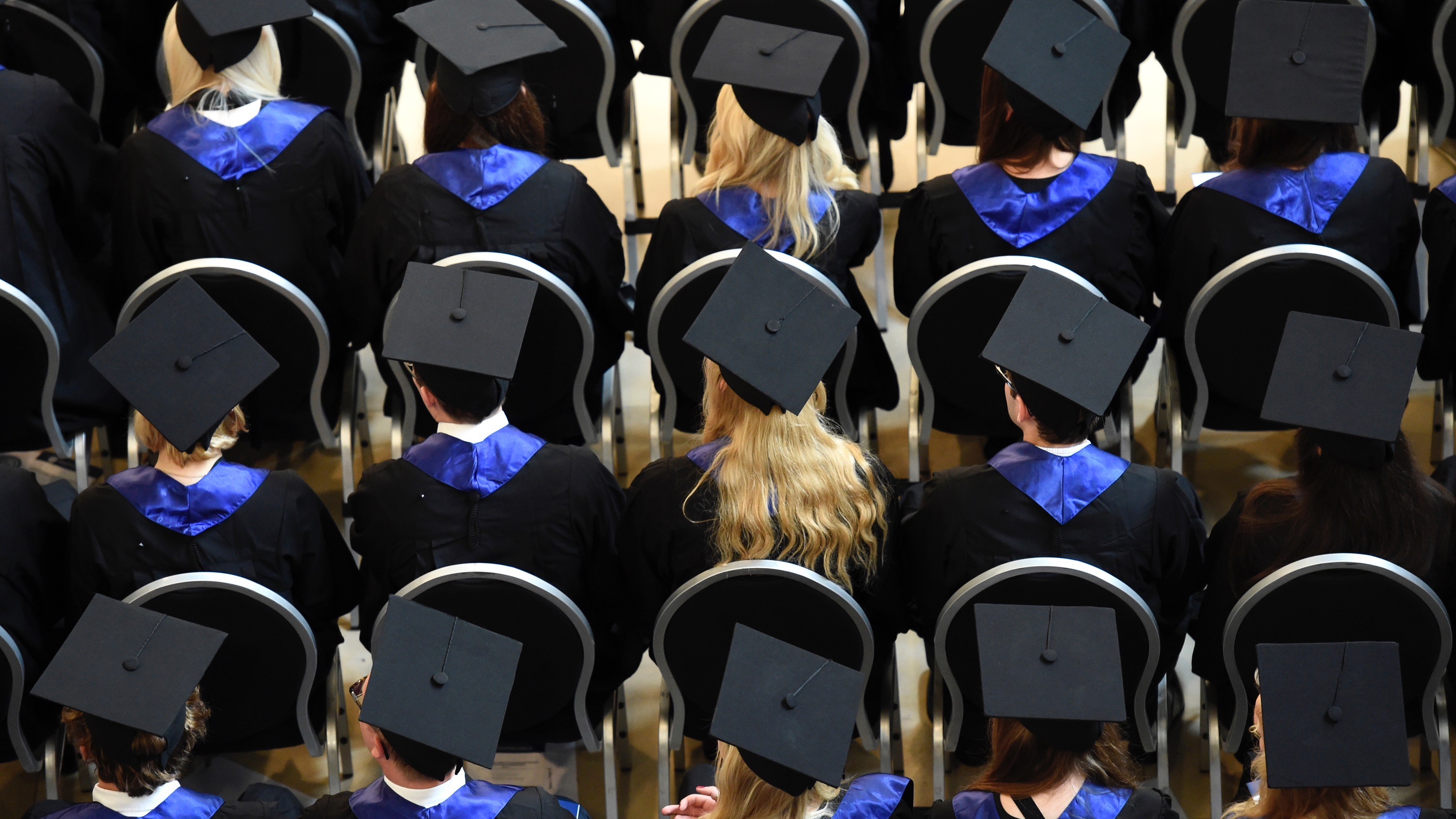 Students attend their graduation ceremony at the Hamburg School of Business Administration (HSBA) in Hamburg, October 1, 2014.  REUTERS/Fabian Bimmer (GERMANY - Tags: BUSINESS EDUCATION SOCIETY) - RTR48JNH