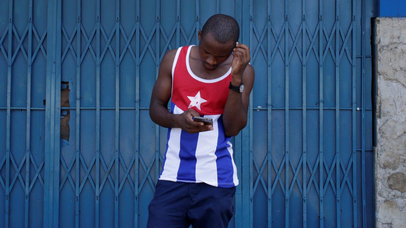 A man uses the internet via public Wi-Fi in Havana, Cuba, September 5, 2016. REUTERS/Enrique de la Osa     TPX IMAGES OF THE DAY      - RTX2O94J