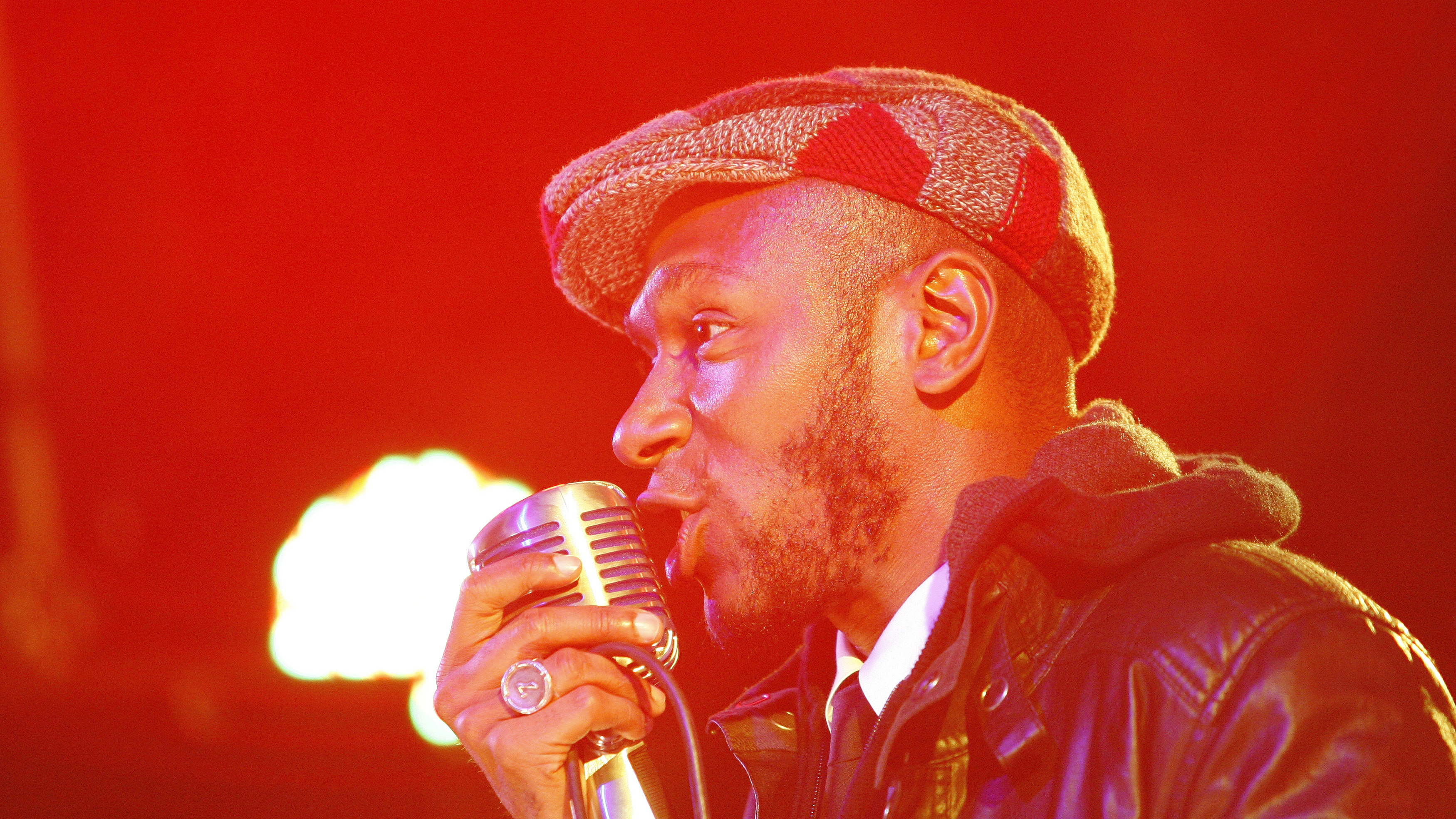 """Hip hop artist Mos Def performs during the """"Discover Music!"""" event at Capitol Studios in Hollywood, California October 28, 2009. Google Inc partnered with Web services LaLa and MySpace's iLike to give music fans an easier way to find, sample and buy songs on the Internet.   REUTERS/Mario Anzuoni   (UNITED STATES ENTERTAINMENT) - RTXQ4BZ"""