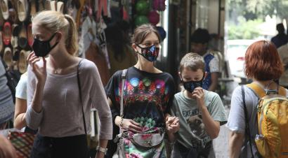 Foreigners in New Delhi wearing face masks against air pollution.