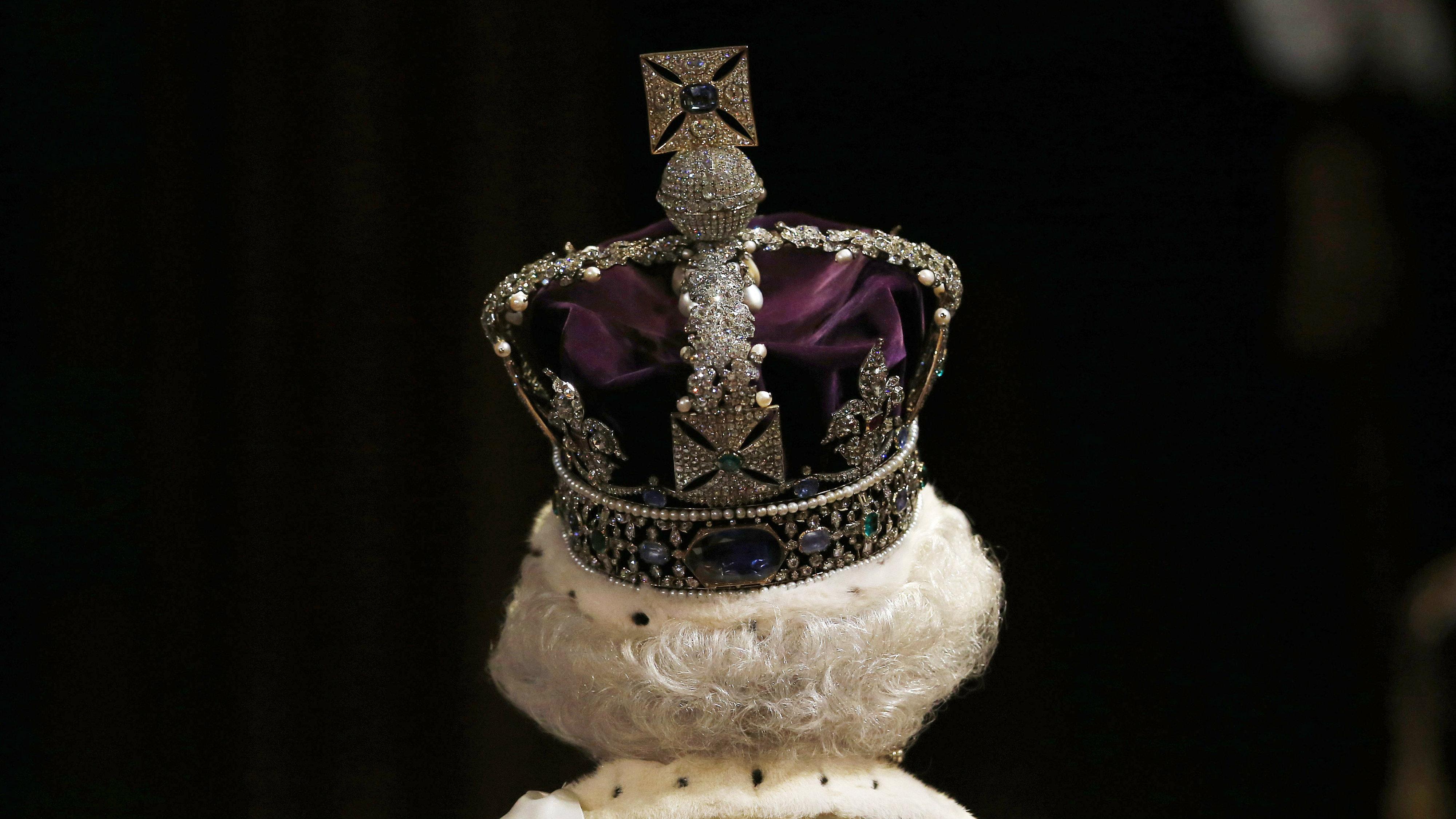 Queen Elizabeth wears crown to opening of Parliament