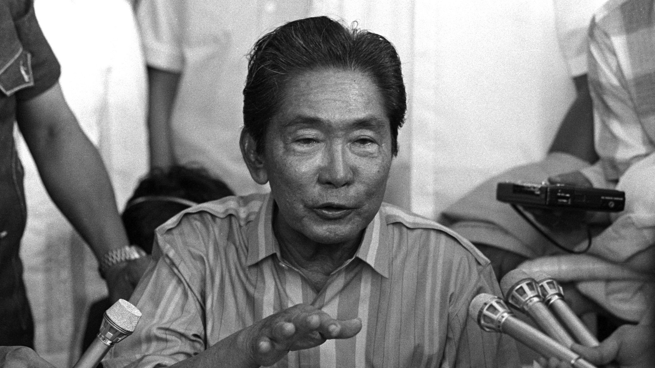 President Ferdinand Marcos talks to journalists during his campaign in his northern home province of Ilocos Norte, in Laoag, in the Philippines, December 17, 1985. Marcos denounced Corazon aquino for threatening to put him on trial if she is elected President in February's election. SCANNED FROM NEGATIVE. REUTERS/Willie Vicoy  CMC/PN - RTR2P