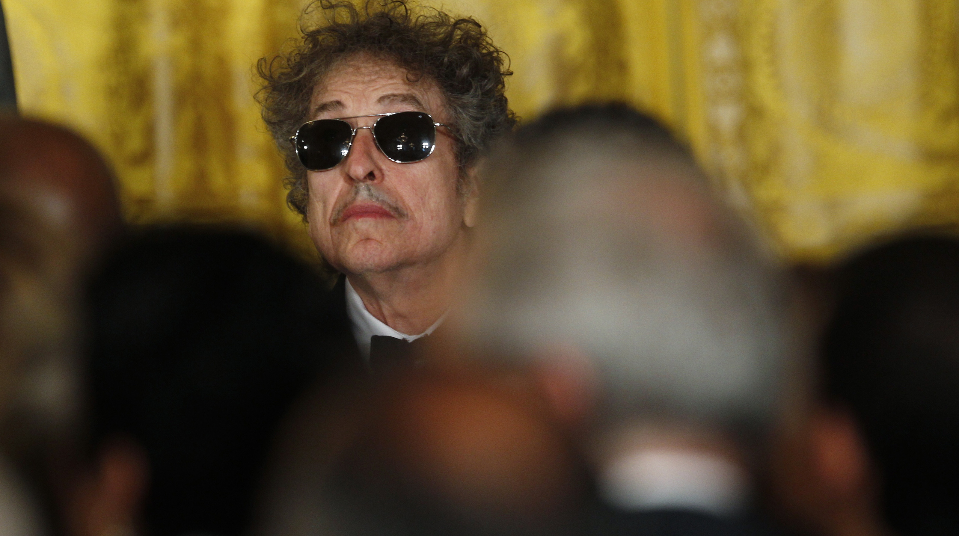 Musician Bob Dylan (C) waits prior to receiving a Presidential Medal of Freedom in the East Room of the White House in Washington, May 29, 2012. REUTERS/Kevin Lamarque (UNITED STATES  - Tags: POLITICS ENTERTAINMENT PROFILE) - RTR32T2F