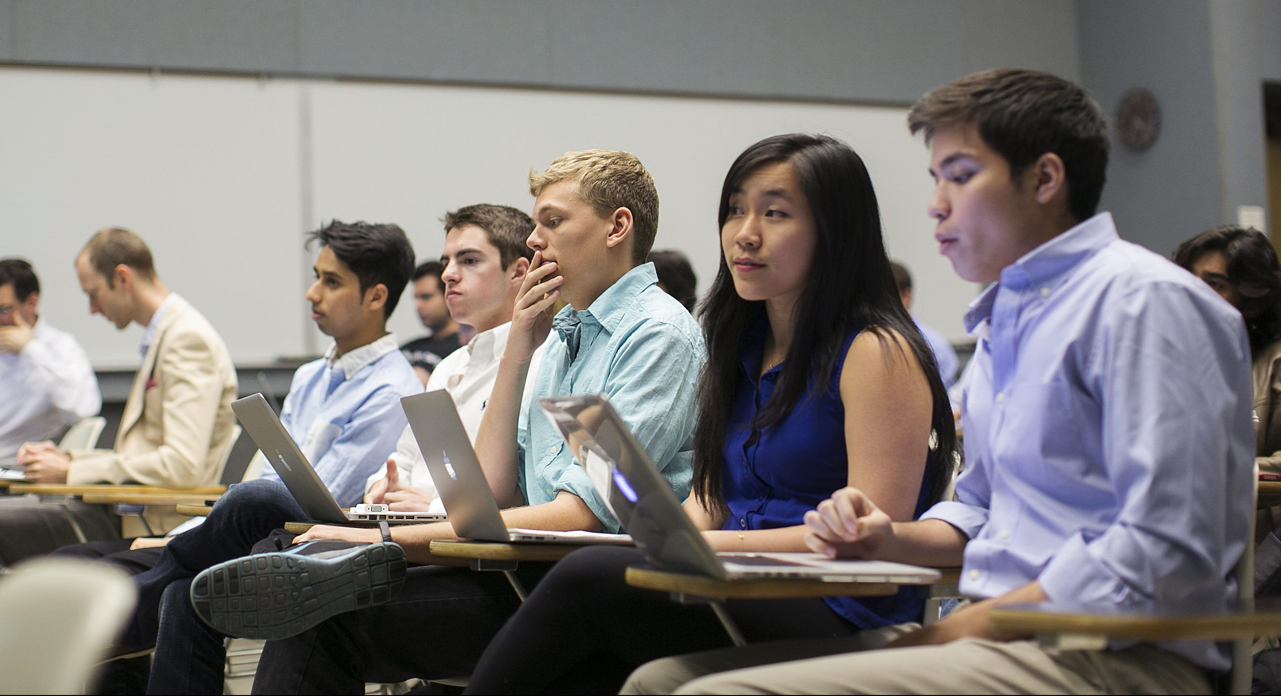 Stanford University students listen while classmates make a presentation to a group of visiting venture capitalists during their Technology Entrepreneurship class in Stanford, California March 11, 2014.  REUTERS/Stephen Lam (UNITED STATES - Tags: EDUCATION) - RTR3QTMX
