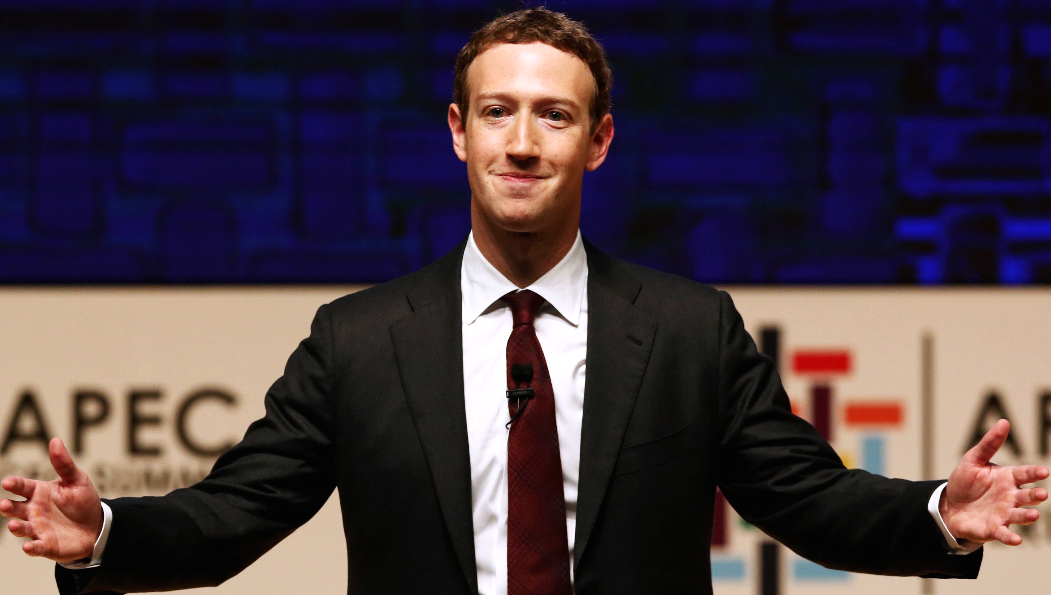 Facebook CEO Mark Zuckerberg gestures while addressing the audience during a meeting of the APEC (Asia-Pacific Economic Cooperation) Ceo Summit in Lima, Peru, November 19, 2016. REUTERS/Mariana Bazo  - RTSSDLW