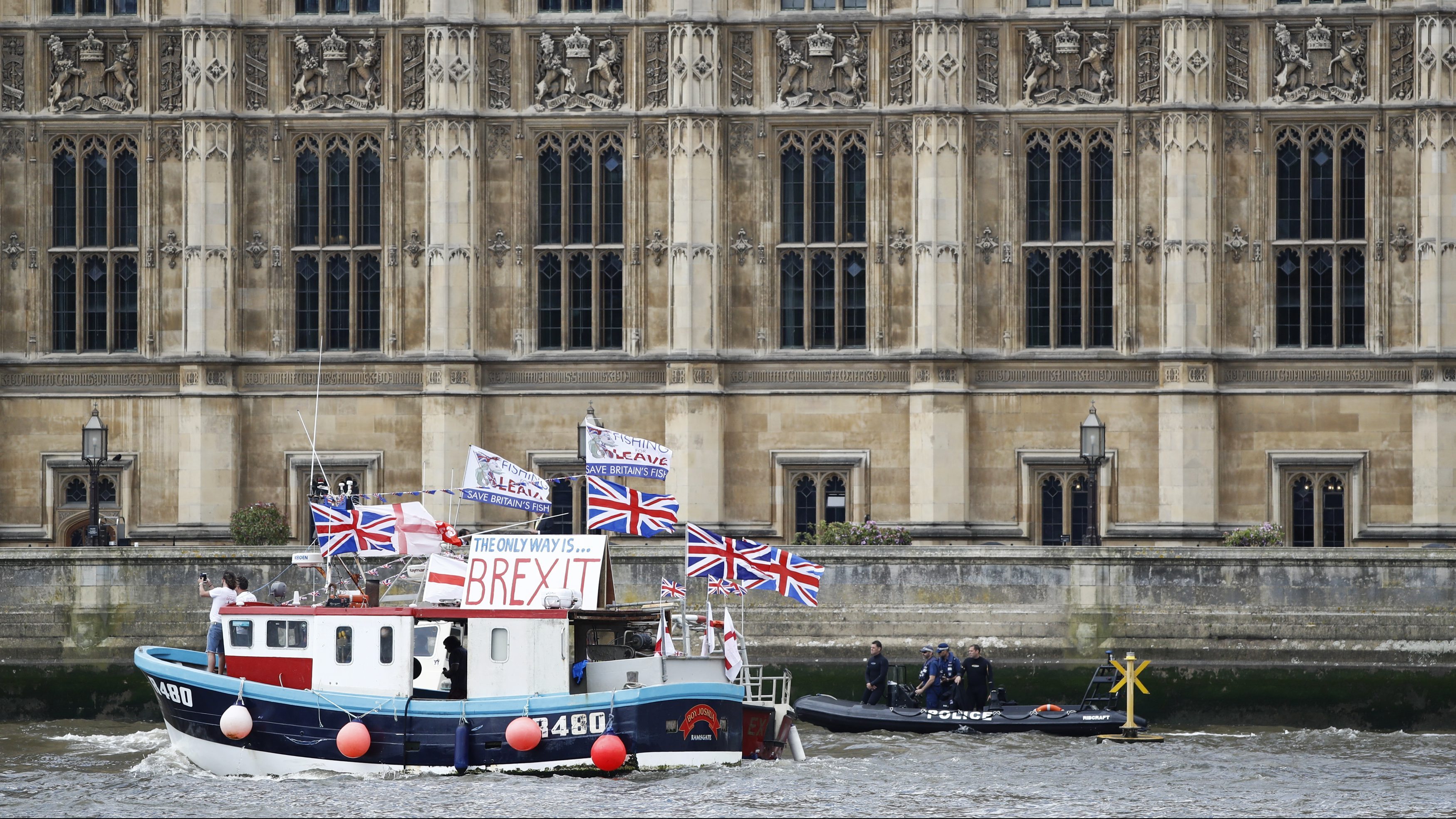 Part of a flotilla of fishing vessels campaigning to leave the European Union sails past Parliament on the river Thames in London, Britain June 15, 2016.  REUTERS/Stefan Wermuth    - RTX2GCM0