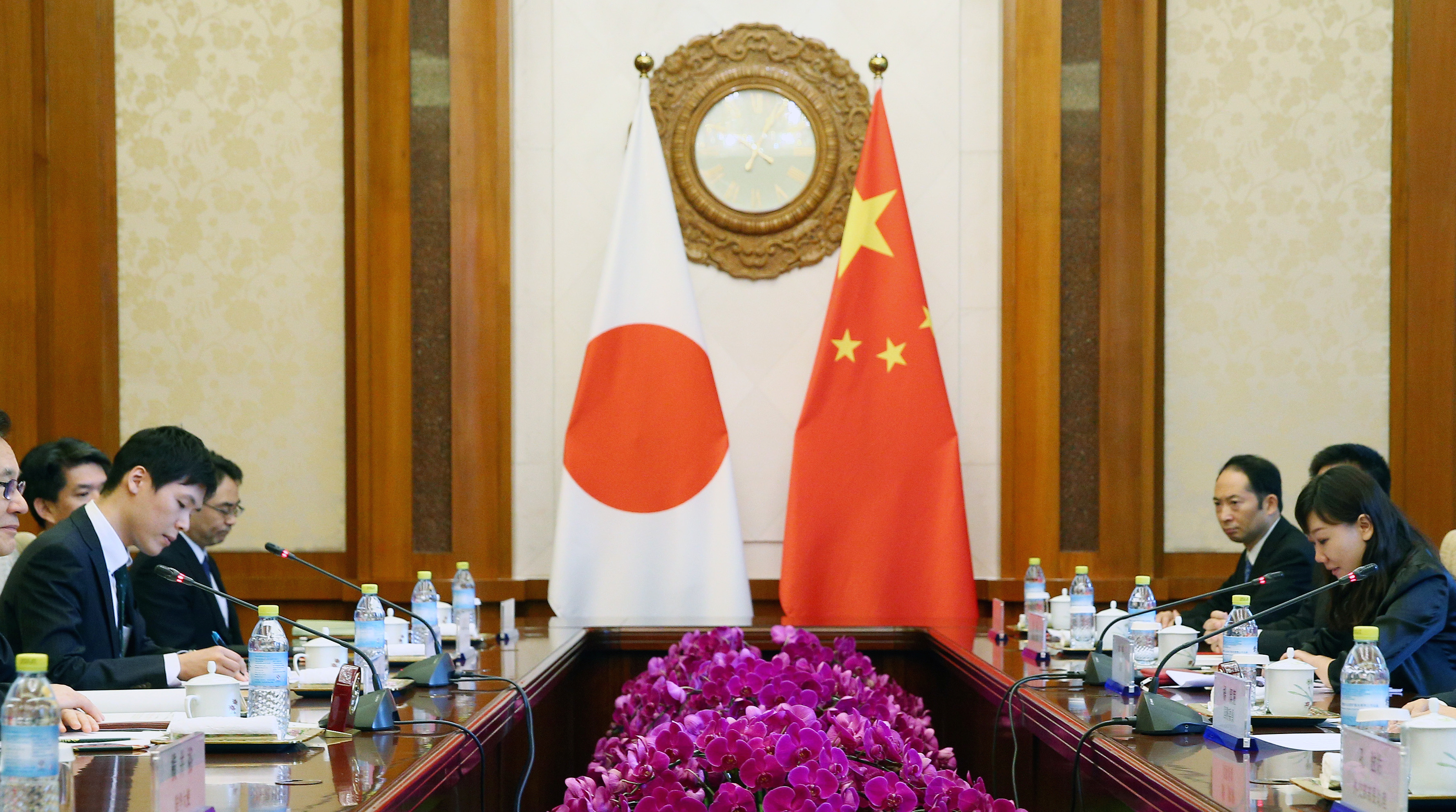 Chinese State Councillor Yang Jiechi (R) and Japanese national security council chief Shotaro Yachi (L) hold a meeting at the Diaoyutai State Guesthouse in Beijing, China, August 25, 2016.