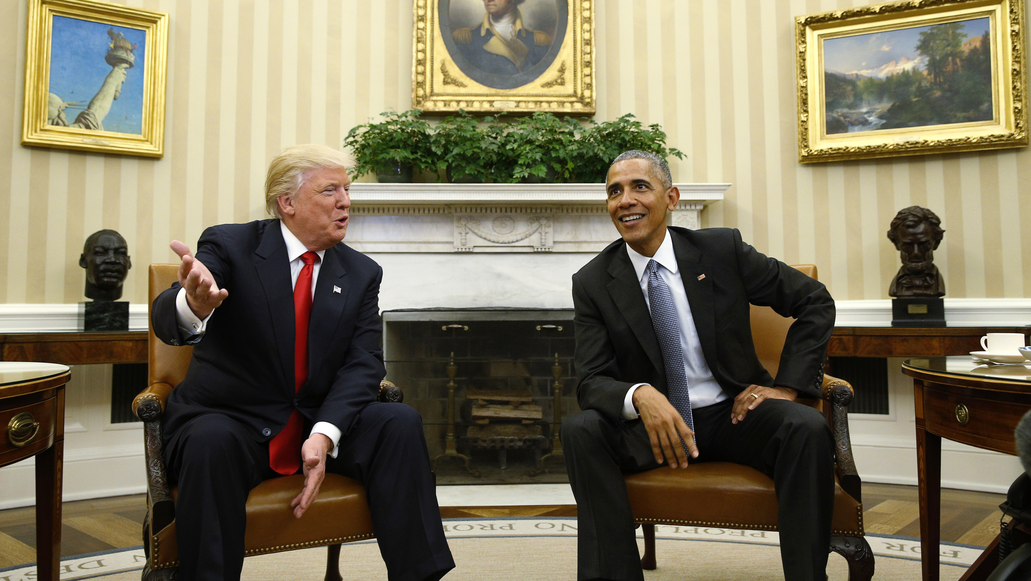 U.S. President Barack Obama meets with President-elect Donald Trump (L) in the Oval Office of the White House in Washington November 10, 2016.REUTERS/Kevin Lamarque - RTX2T2OY