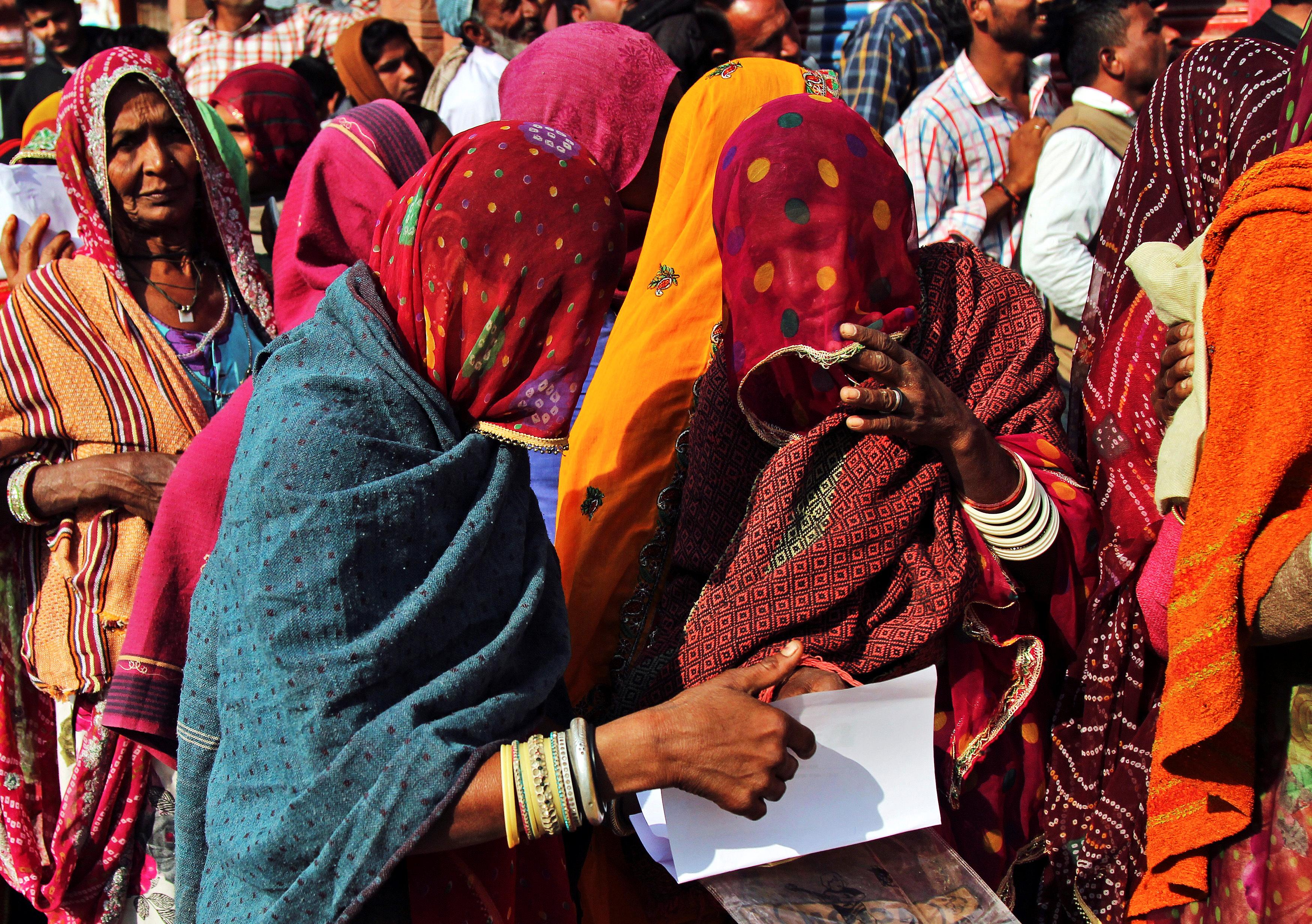 Women-India-Rajasthan-Bank-Queue