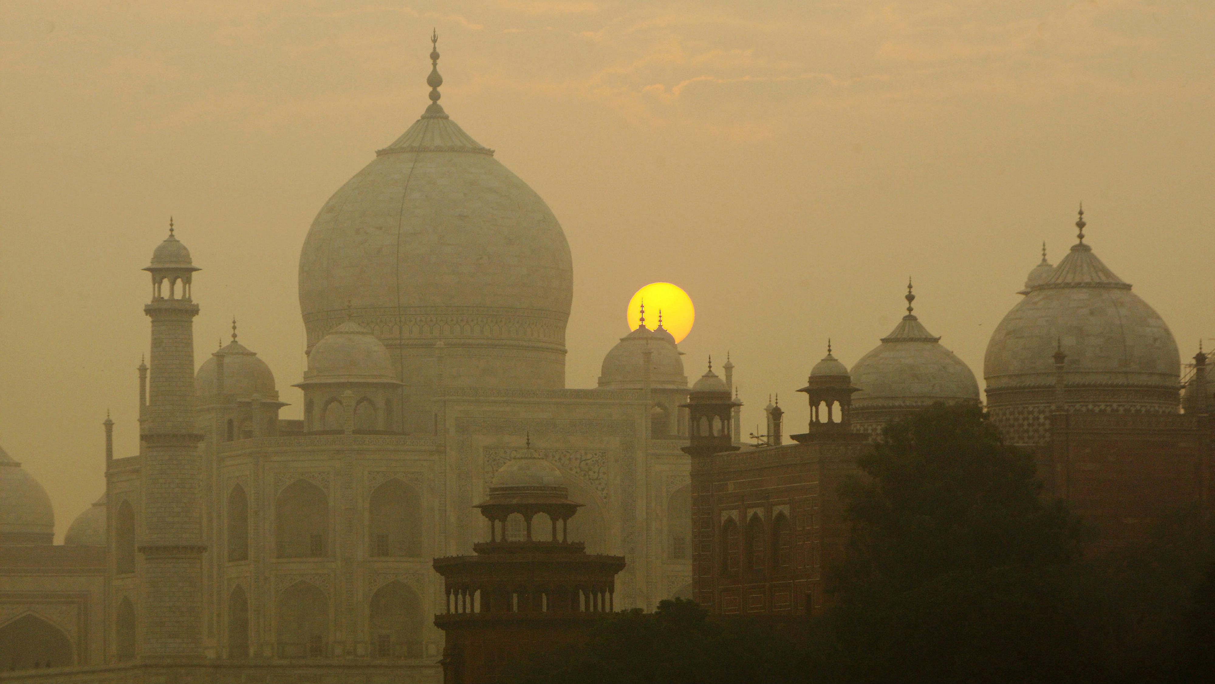 India-Taj-Mahal-smog-air-pollution