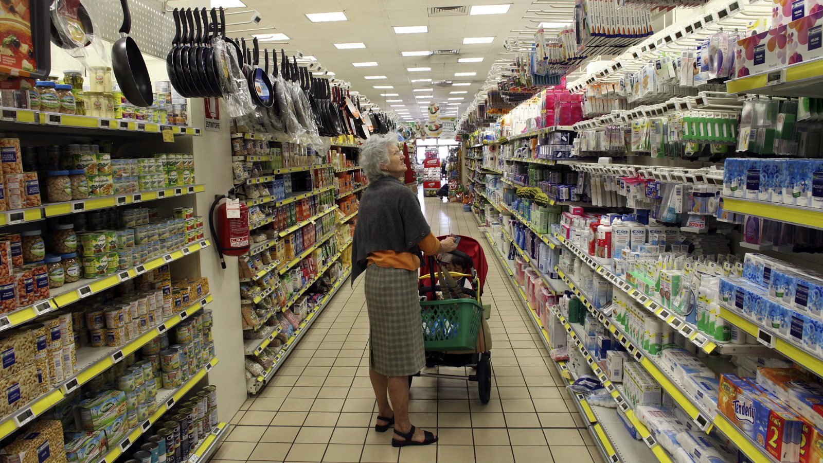 A woman shops at a supermarket in Milan, September 5, 2012. Italy is officially targeting the general government deficit to fall steeply to 1.7 percent of gross domestic product this year from 3.9 percent in 2011, though Economy Minister Vittorio Grilli has conceded that the target will not be reached.  REUTERS/Stefano Rellandini  (ITALY - Tags: SOCIETY BUSINESS) - RTR37IMF