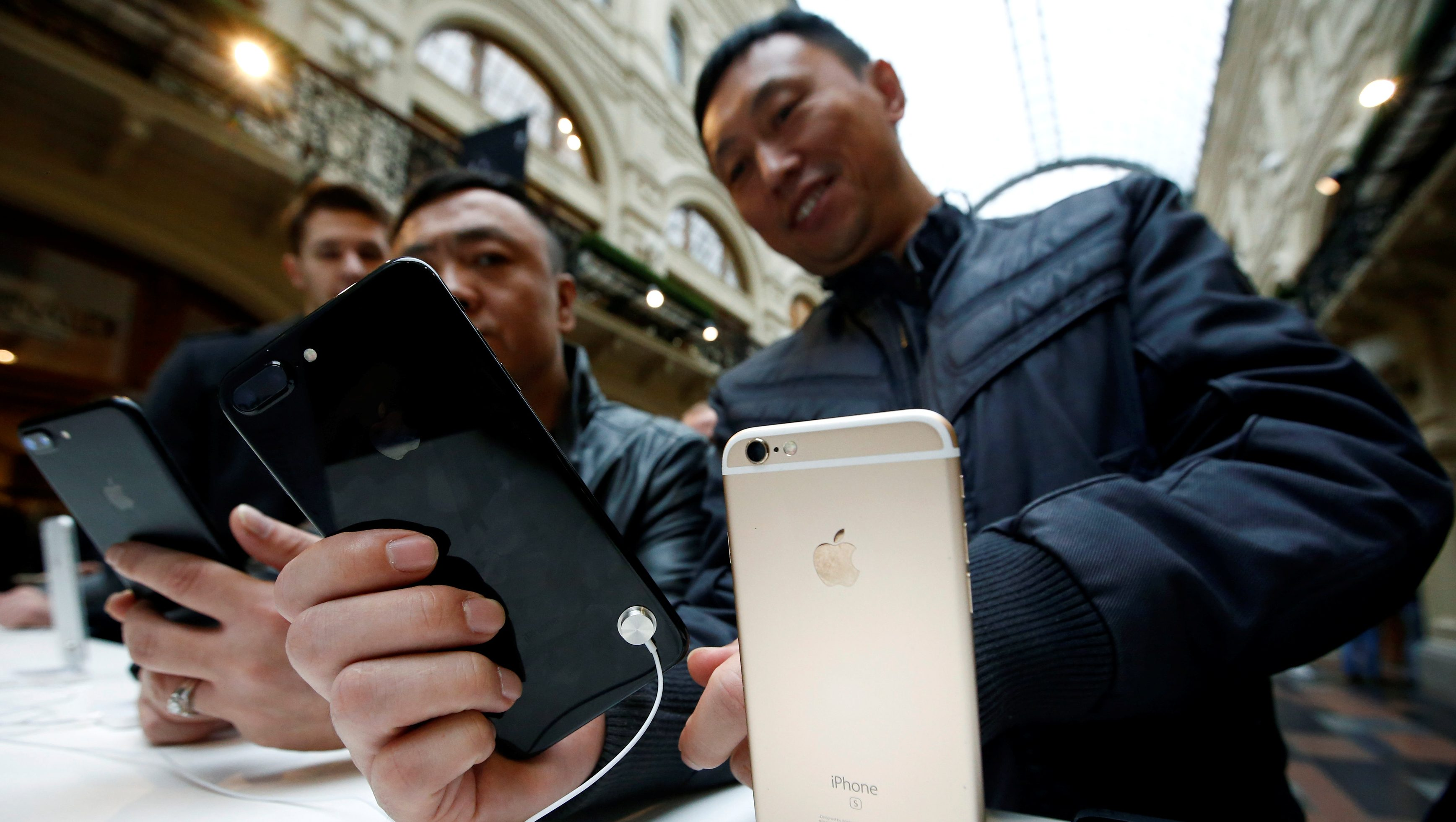 Customers gather at a store selling Apple products during the launch of the new iPhone 7 sales at the State Department Store, GUM, in central Moscow, Russia September 23, 2016. REUTERS/Sergei Karpukhin