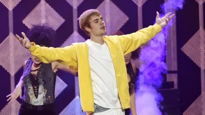 Justin Bieber holding up his arms at a performance.