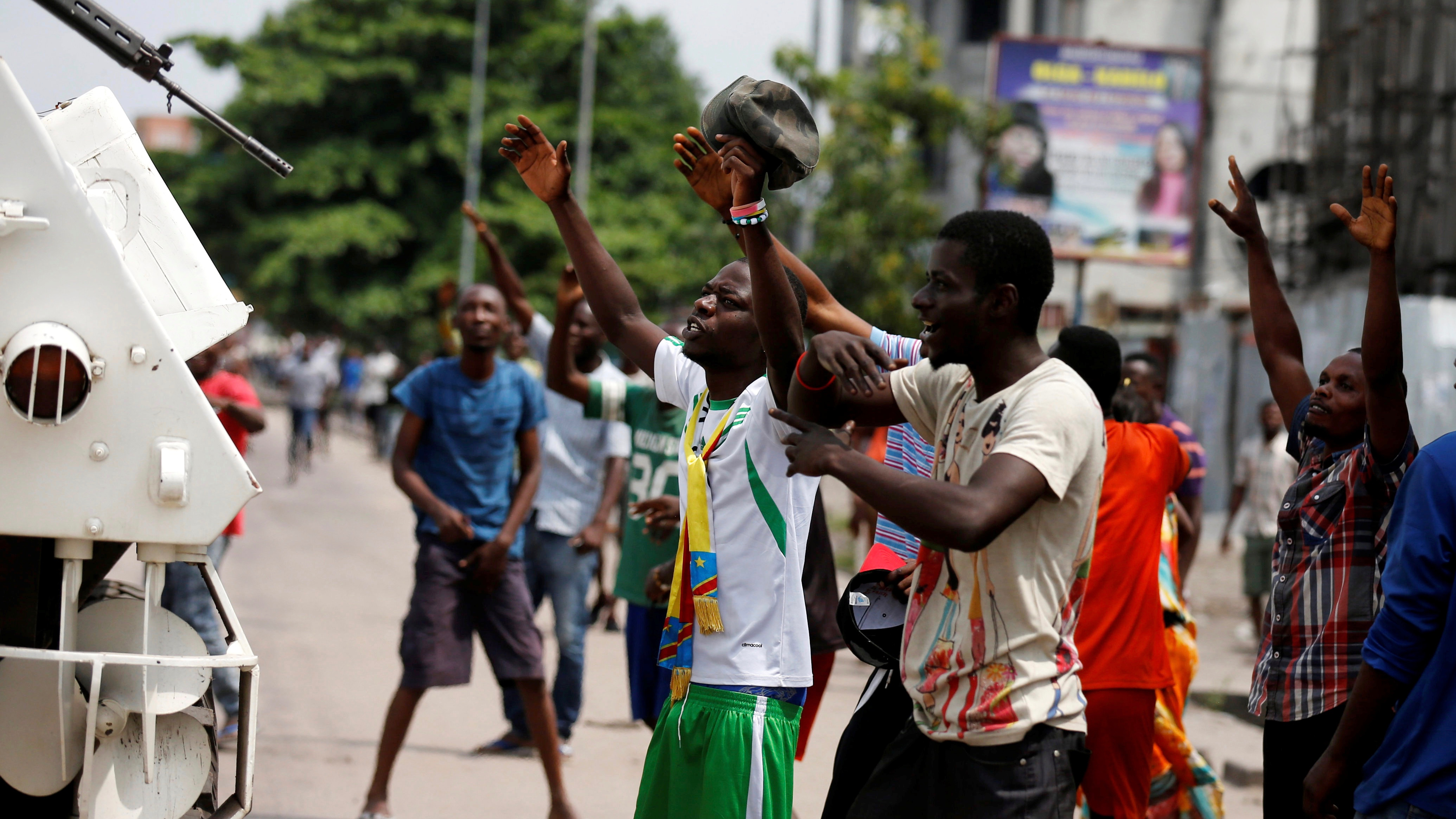 Residents chant slogans against Congolese President Joseph Kabila as peacekeepers serving in the United Nations Organization Stabilization Mission in the Democratic Republic of the Congo (MONUSCO) patrol during demonstrations in the streets of the Democratic Republic of Congo's capital Kinshasa, December 20, 2016. REUTERS/Thomas Mukoya - RTX2VU2H