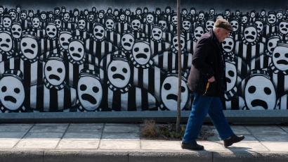 A man walks past a graffiti dedicated to the Holocaust in the northern port city of Thessaloniki March 15, 2015. Jews gathered at the northern town of Greece for an event organised by the Thessaloniki Jewish community marking the first deportation of Thessaloniki Jews to Nazi death camps during World War Two. REUTERS/Alexandros Avramidis (GREECE - Tags: ANNIVERSARY SOCIETY POLITICS TPX IMAGES OF THE DAY CONFLICT) - RTR4TFC5