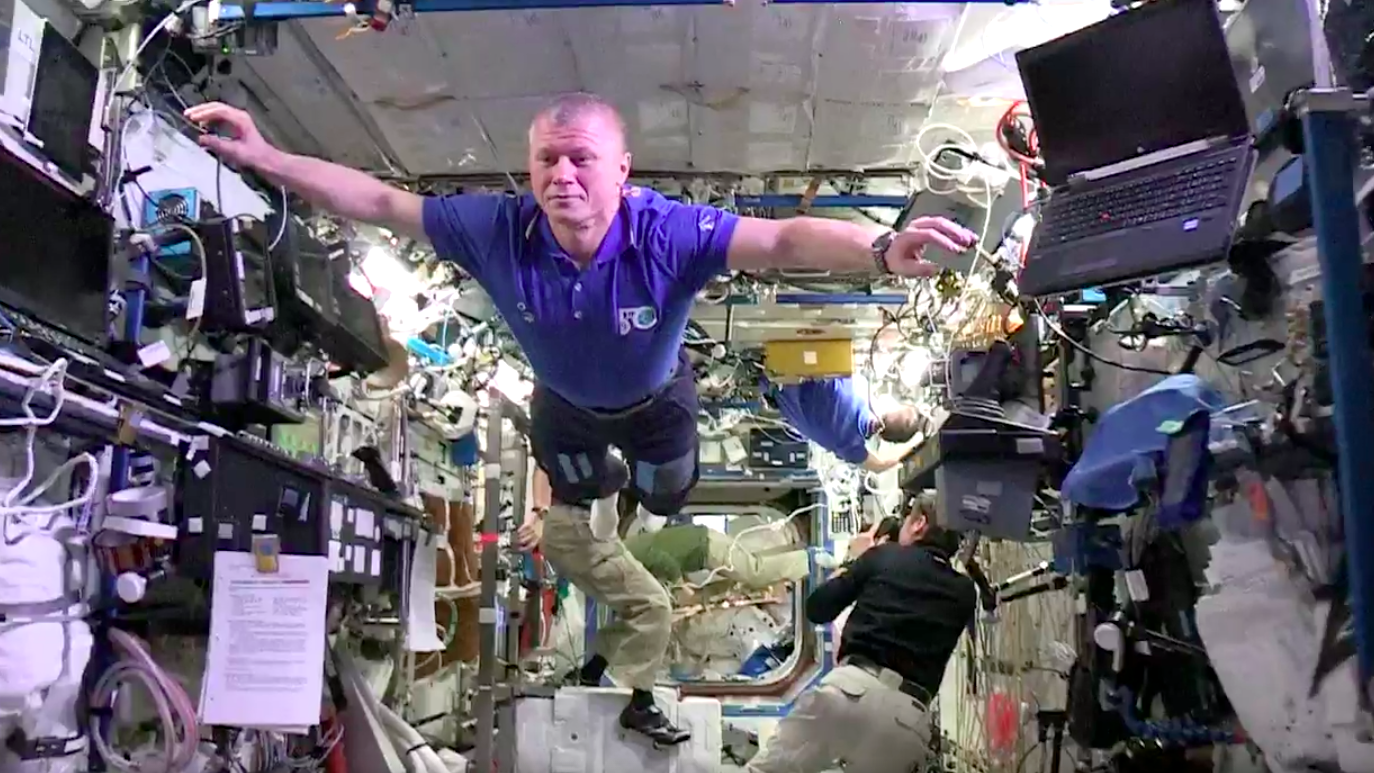 Astronauts do the mannequin challenge.
