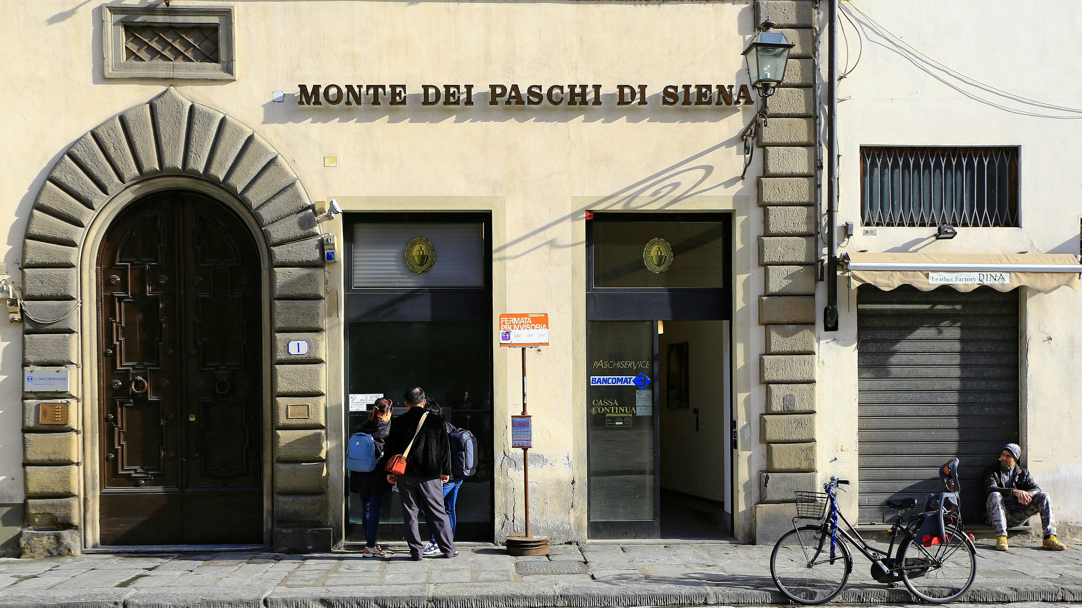 People at cash machine of Bance Monte dei Paschi di Siena