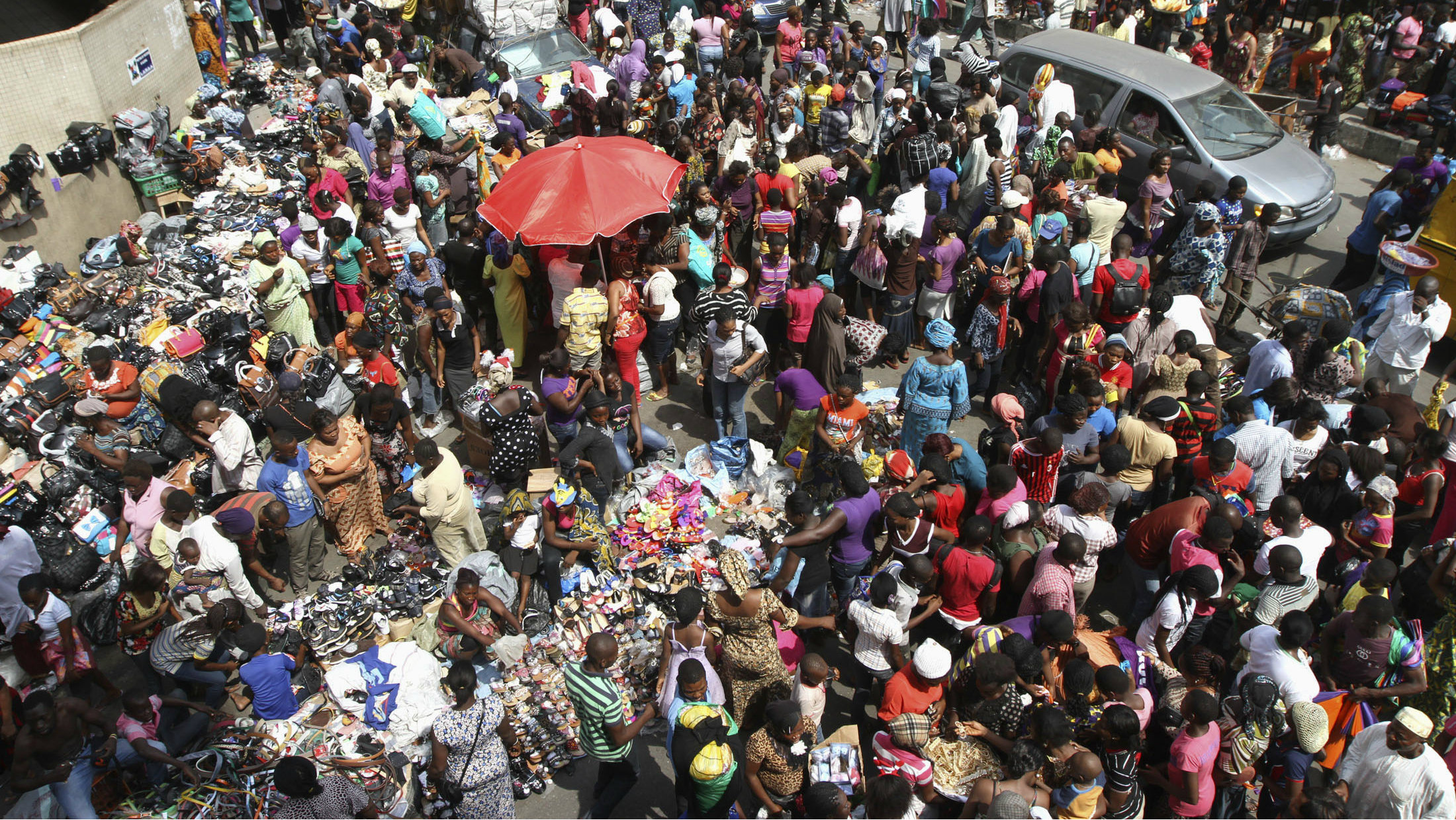 People crowd on a road near Balogun market to shop, a day before Christmas in Nigeria's commercial capital Lagos December 24, 2012.