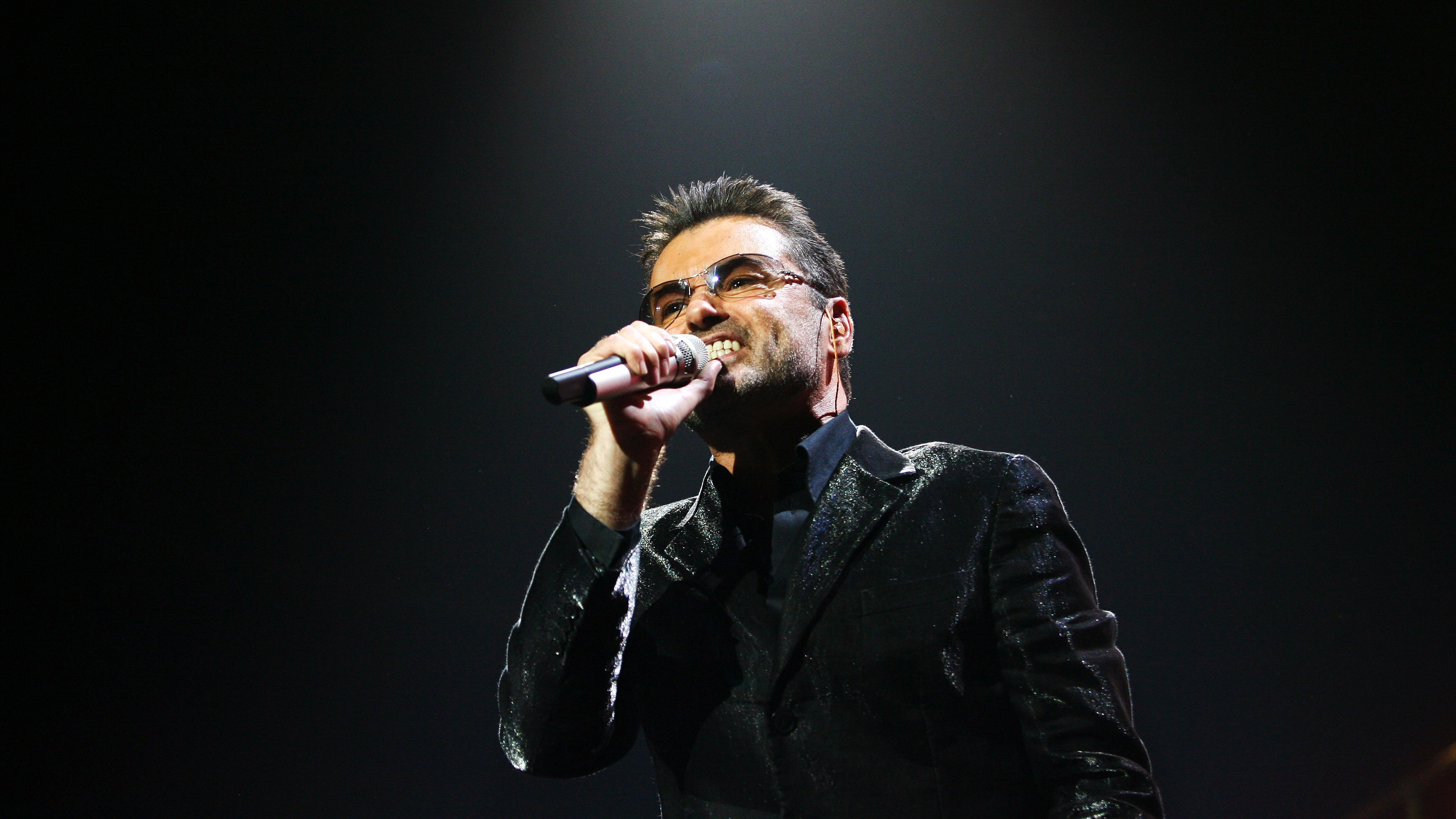 "British singer George Michael performs during the second concert of his world tour ""25 Live"" in Madrid September 26, 2006. REUTERS/Susana Vera (SPAIN)"