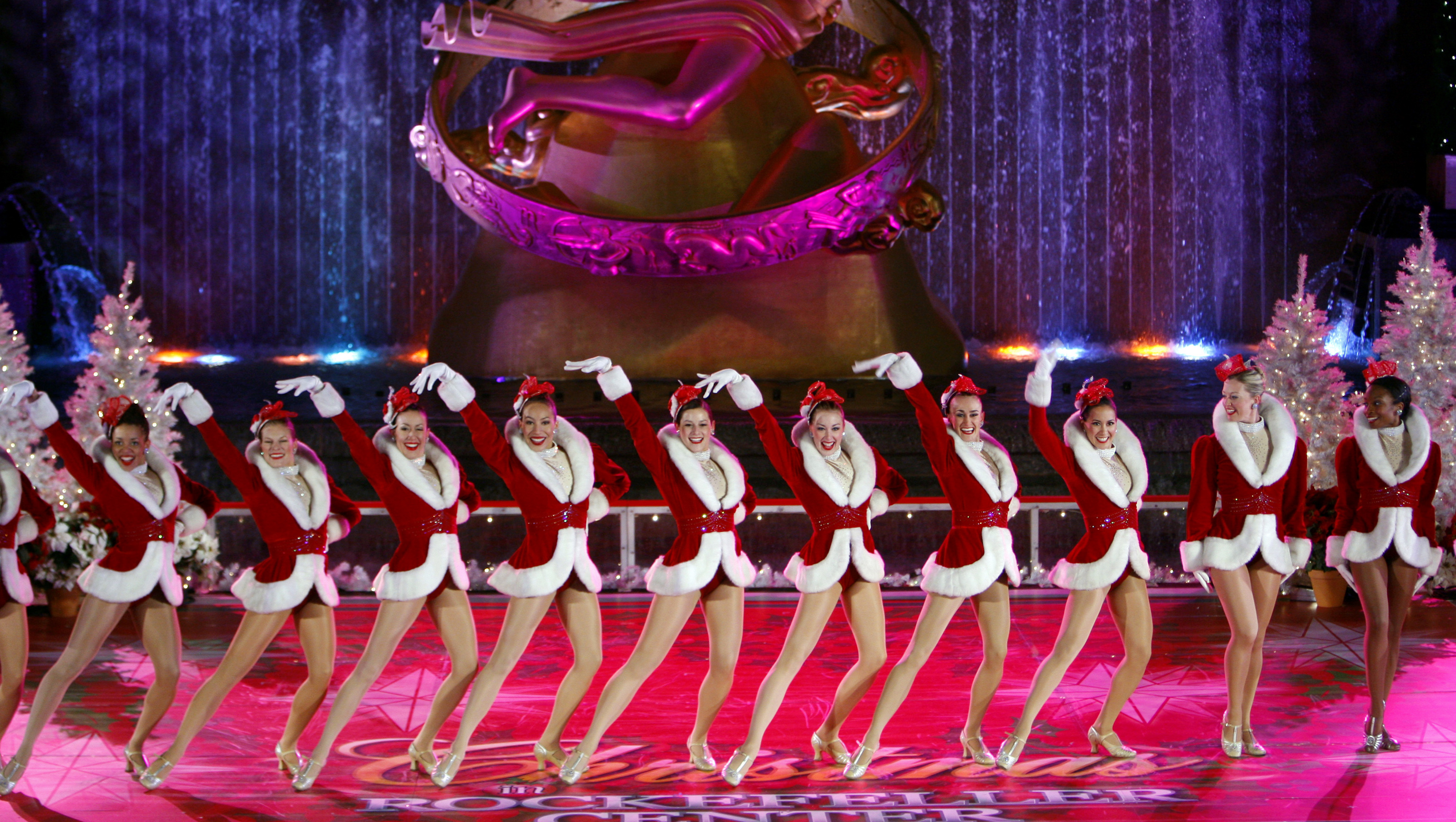 The Rockettes perform during the 76th annual Rockefeller Center Christmas Tree lighting ceremony in New York December 3, 2008.     REUTERS/Brendan McDermid (UNITED STATES) - RTR228LK