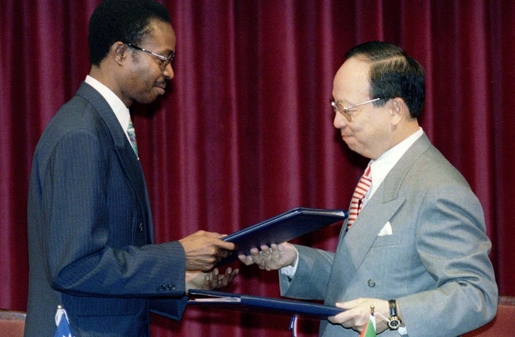 Taiwan's foreign minister John Chang and his Sao Tome counterpart M. Homero Salvaterra exchange copies of a joint communique during a ceremony in Taipei on May 6, declaring the establishment of diplomatic relations between the two countries. The announcement, which was sure to anger rival China, brings to 31 the countries that maintain official relations with Taiwan, but that number would fall back to 30 at the end of 1997 when South Africa switches diplomatic recognition to Beijing.  TAIWAN SAOTOME TIES - RTR3IMW