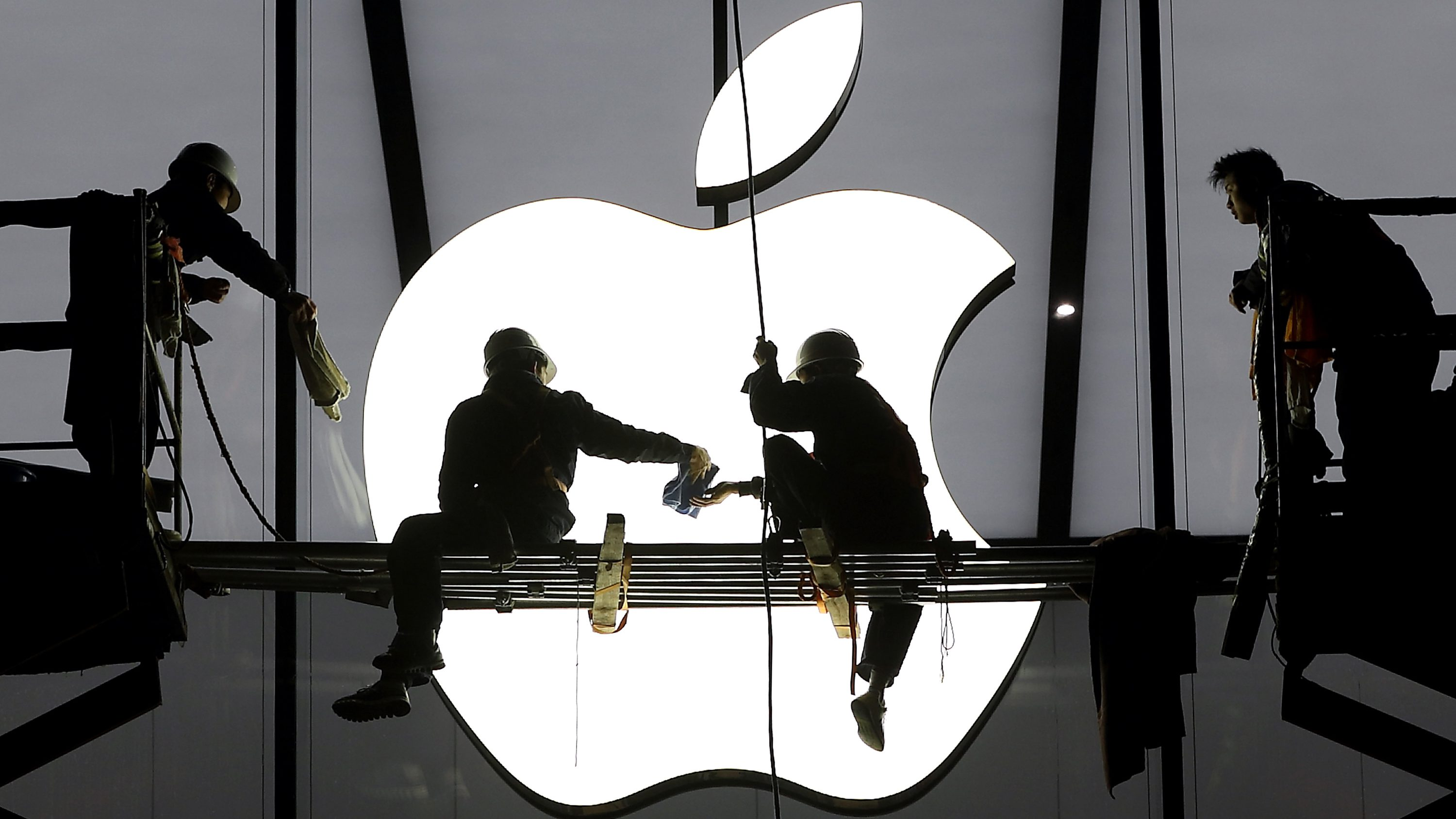 Workers prepare for the opening of an Apple store in Hangzhou, Zhejiang province, January 23, 2015. Apple Inc chip supplier TSMC reported record net profit on Thursday and said the proliferation of low-priced, chip-hungry smartphones in China could see the company expand production in the world's biggest handset market. Picture taken January 23, 2015. REUTERS/Chance Chan (CHINA - Tags: BUSINESS TELECOMS) - RTR4MPEF
