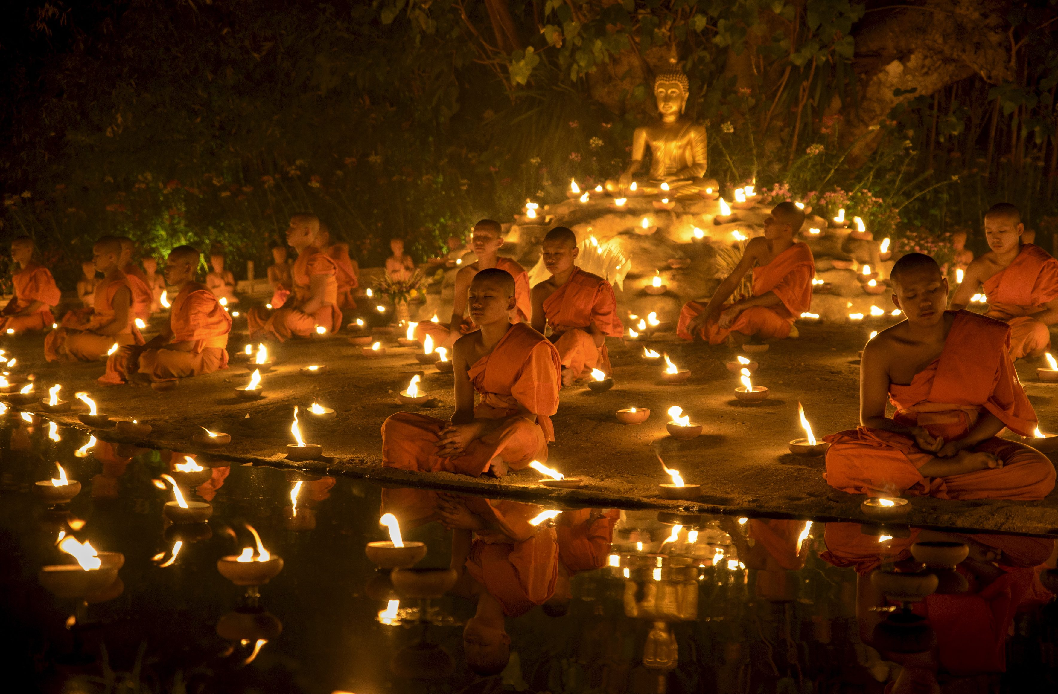 Buddhist monks meditate during Makha Bucha day at Wat Pan Tao in Chiang Mai, Thailand, February 22, 2016. Makha Bucha Day honours Buddha and his teachings, and falls on the full moon day of the third lunar month. REUTERS/Athit Perawongmetha - RTX281WJ