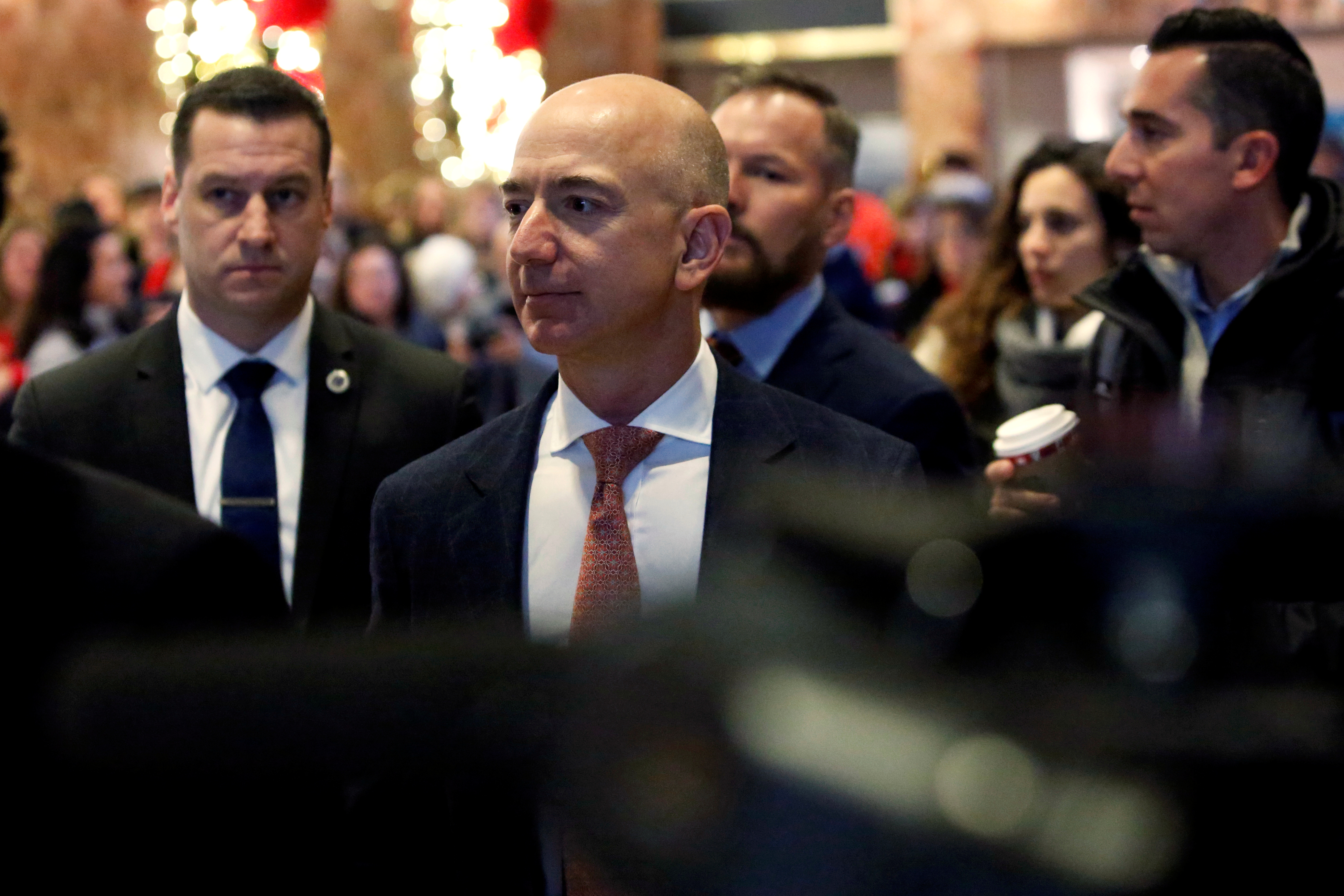 Jeff Bezos, founder, chairman, and chief executive officer of Amazon.com enters Trump Tower ahead of a meeting of technology leaders with President-elect Donald Trump in Manhattan, New York City, U.S., December 14, 2016. REUTERS/Andrew Kelly - RTX2V2Y0
