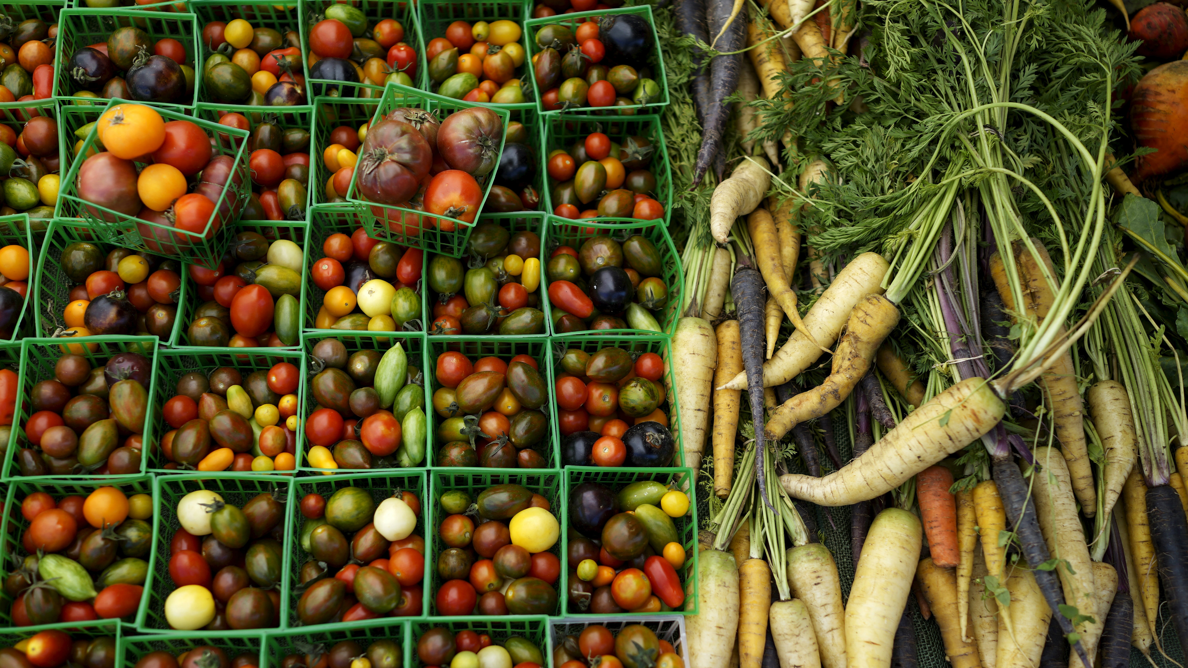 Vegetables are seen at a farmers market in Los Angeles, California, United States May 10, 2015. Many crops have ripened early because of the drought. California water regulators last week adopted the state's first rules for mandatory cutbacks in urban water use as the region's catastrophic drought enters its fourth year. Urban users will be hardest hit, even though they account for only 20 percent of state water consumption, while the state's massive agricultural sector, which the Public Policy Institute of California says uses 80 percent of human-related consumption, has been exempted. Picture taken May 10, 2015. REUTERS/Lucy Nicholson