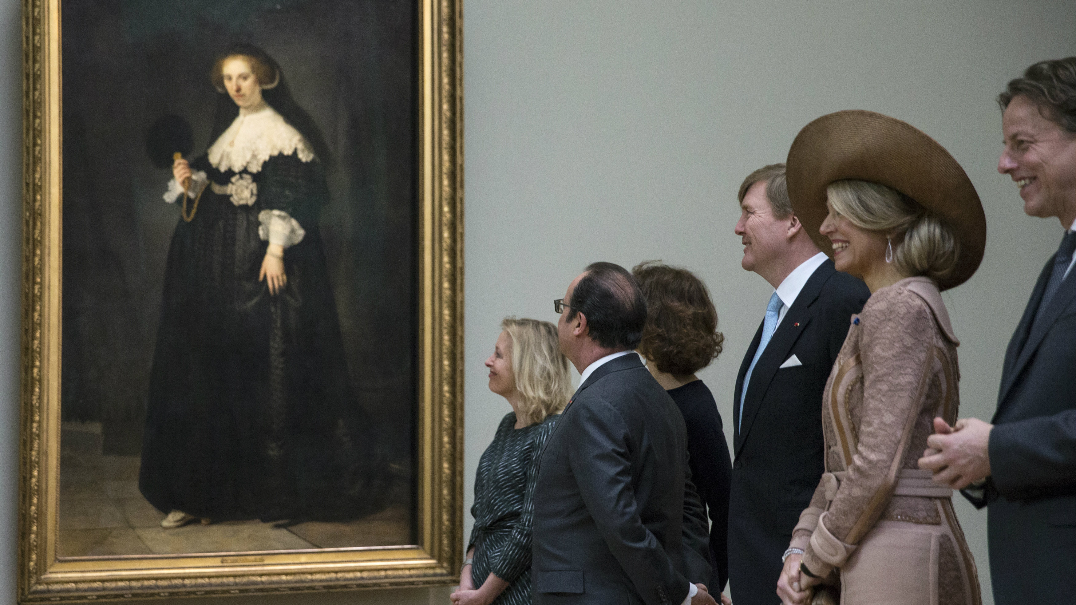 French President Francois Hollande (2ndL), King Willem Alexander (C) and Queen Maxima (2ndR) of the Netherlands stand in front of a Rembrandt painting, Portrait of Oopjen Coppit, during a visit at the Louvre Museum in Paris, France, as part of their State visit to France March 10, 2016. REUTERS/Etienne Laurent/Pool