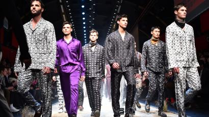 Models present creations for fashion house Dolce Gabbana during the Men Fall - Winter 2016 / 2017 collection shows at the Milan's Fashion Week on January 16, 2016 in Milan. AFP PHOTO / GABRIEL BOUYS / AFP / GABRIEL BOUYS (Photo credit should read GABRIEL BOUYS/AFP/Getty Images)