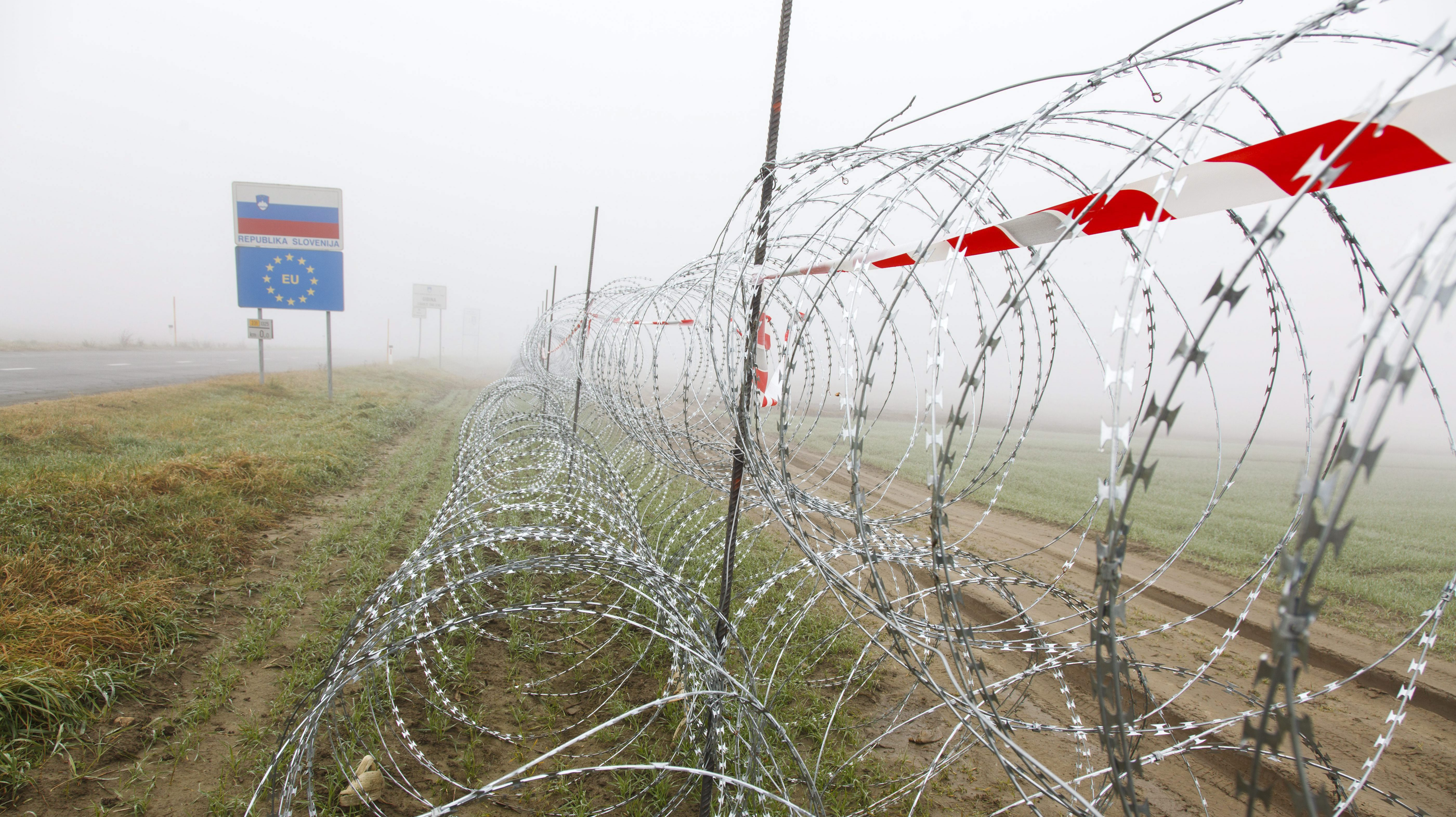 epa05053335 A razor wire fence on the Slovenian side of the Slovenian-Croatian border near Gibina, 188 kms northeast of Ljubljana, Slovenia, 03 December 2015. Slovenia has installed a nearly 100 kilometer-long fence in the past three weeks along its common border with Croatia.  EPA/GYORGY VARGA HUNGARY OUT
