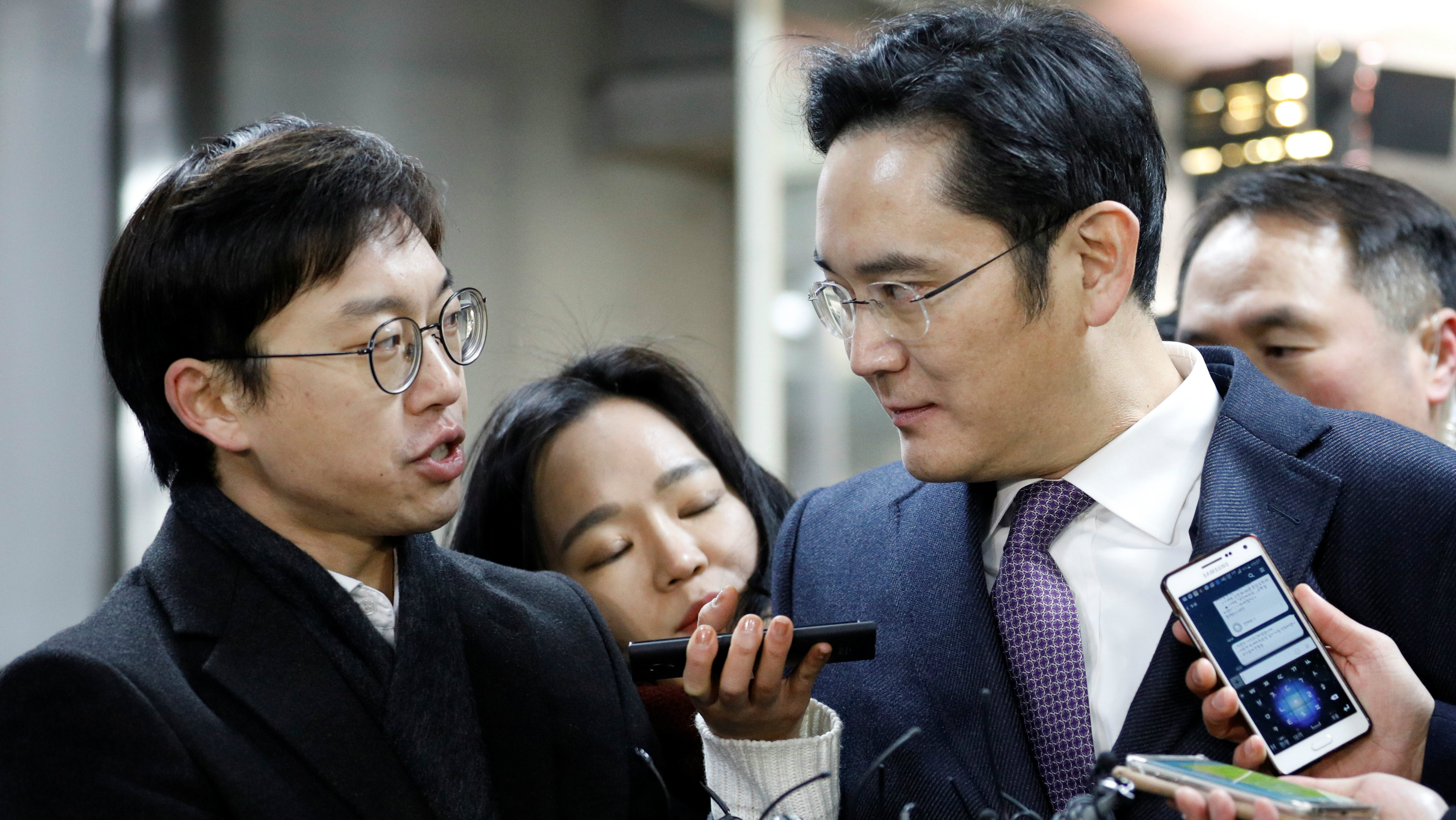 Samsung Group chief, Jay Y. Lee, is surrounded by media as he arrives at the Seoul Central District Court in Seoul, South Korea