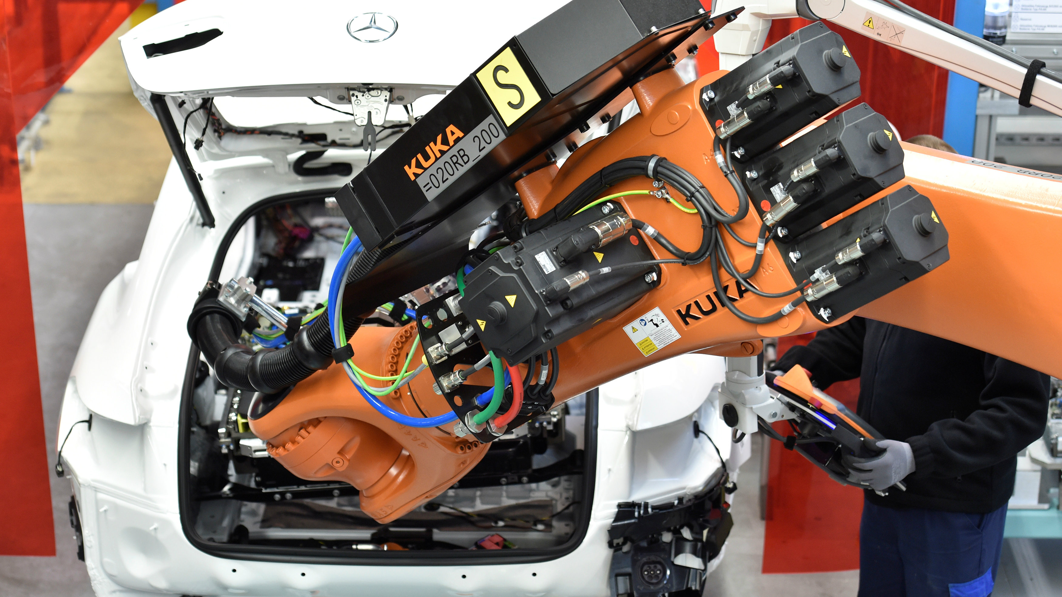 A robot installs a battery in a Mercedes-Benz hybrid car in a production line at the plant of German carmaker Mercedes-Benz in Bremen, Germany January 24, 2017. REUTERS/Fabian Bimmer