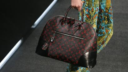 A model presents a hand bag creation by French designer Nicolas Ghesquiere as part of his Spring/Summer 2015 women's ready-to-wear collection for fashion house Louis Vuitton during Paris Fashion Week October 1, 2014. REUTERS/Gonzalo Fuentes