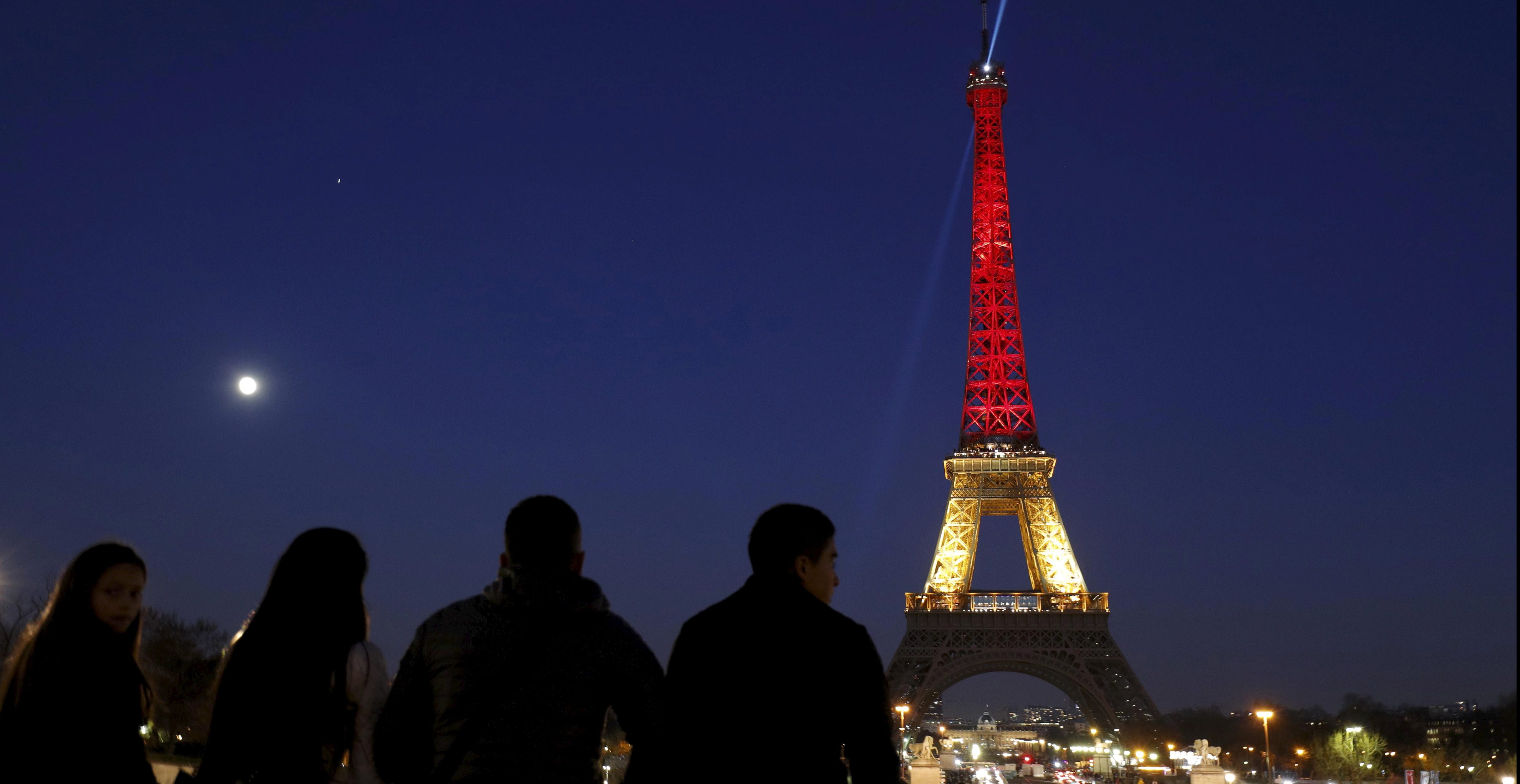 The Eiffel Tower is seen with the black, yellow and red colours of the Belgian flag in tribute to the victims of today's Brussels bomb attacks, in Paris, France, March 22, 2016.    REUTERS/Philippe Wojazer         TPX IMAGES OF THE DAY      - RTSBSOY
