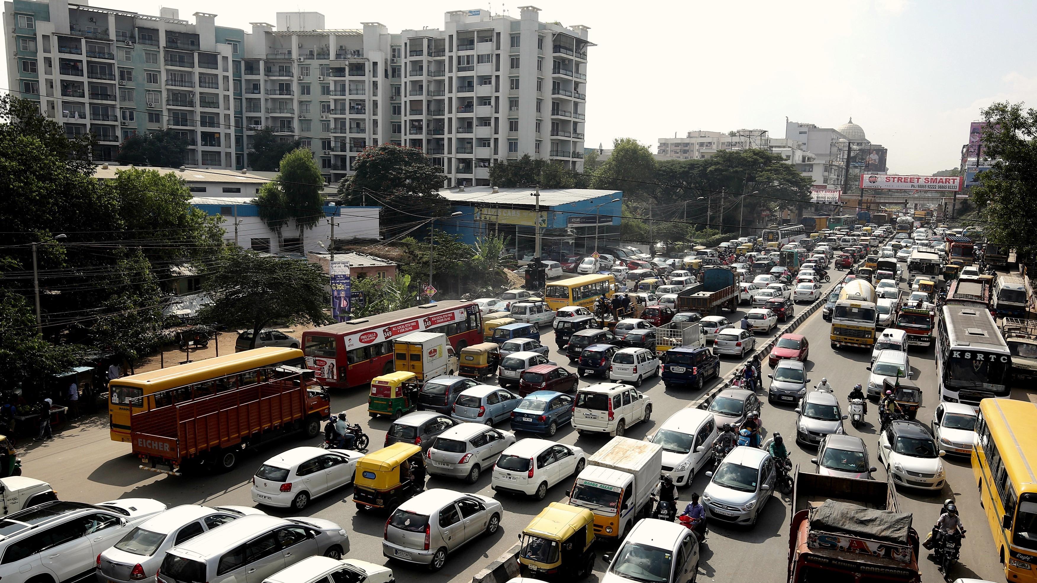 epa05679436 Cars, buses, trucks and rickshaws stop in a halt at a massive traffic jam in Bangalore, India, 16 December 2016 (Issued 17 December 2016).  EPA/JAGADEESH NV