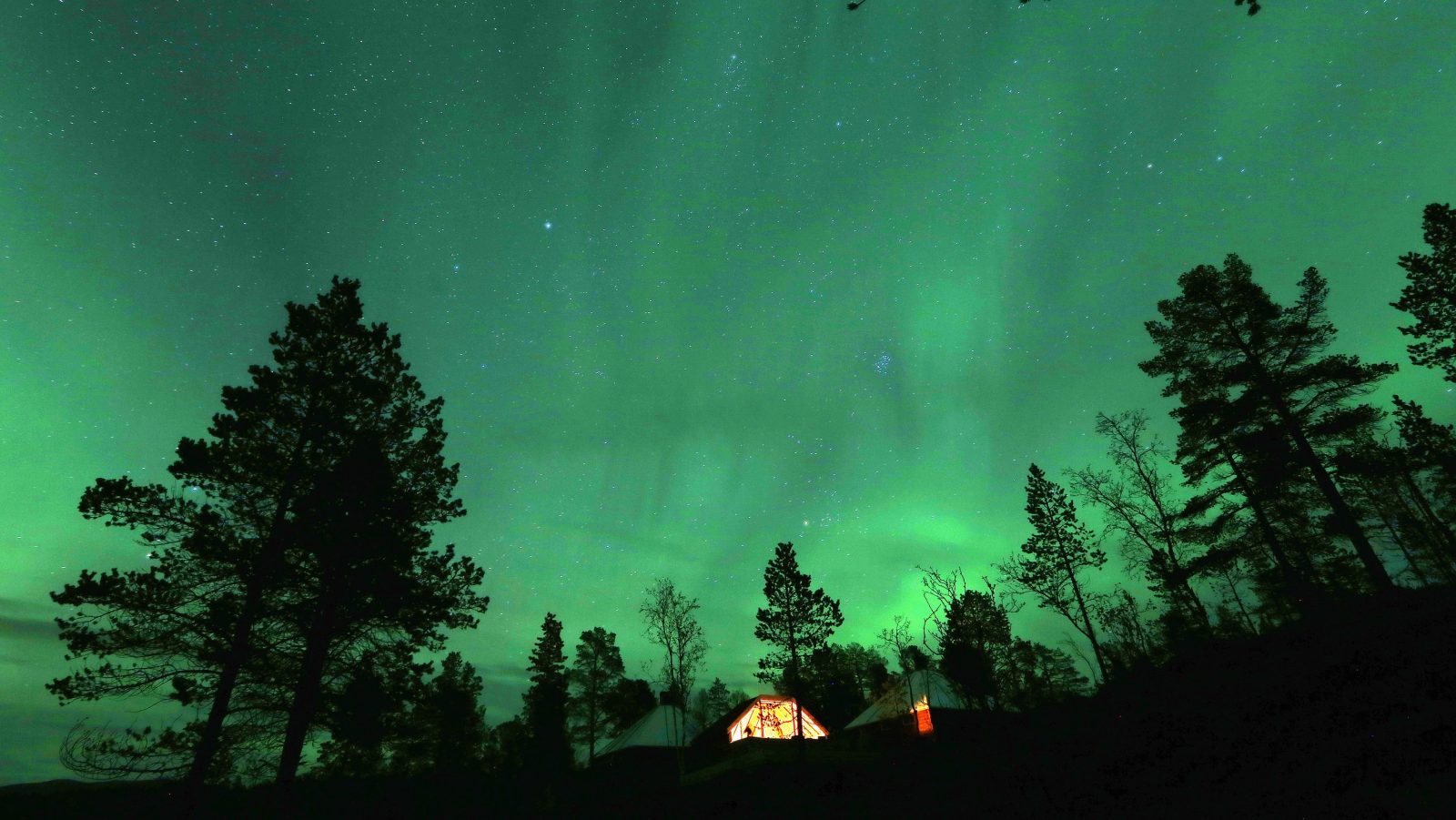 An Aurora Borealis (Northern Lights) is seen over a mountain camp north of the Arctic Circle, near the village of Mestervik late September 30, 2014.  REUTERS/Yannis Behrakis (NORWAY - Tags: ENVIRONMENT TRAVEL SOCIETY TPX IMAGES OF THE DAY) - RTR48F5V