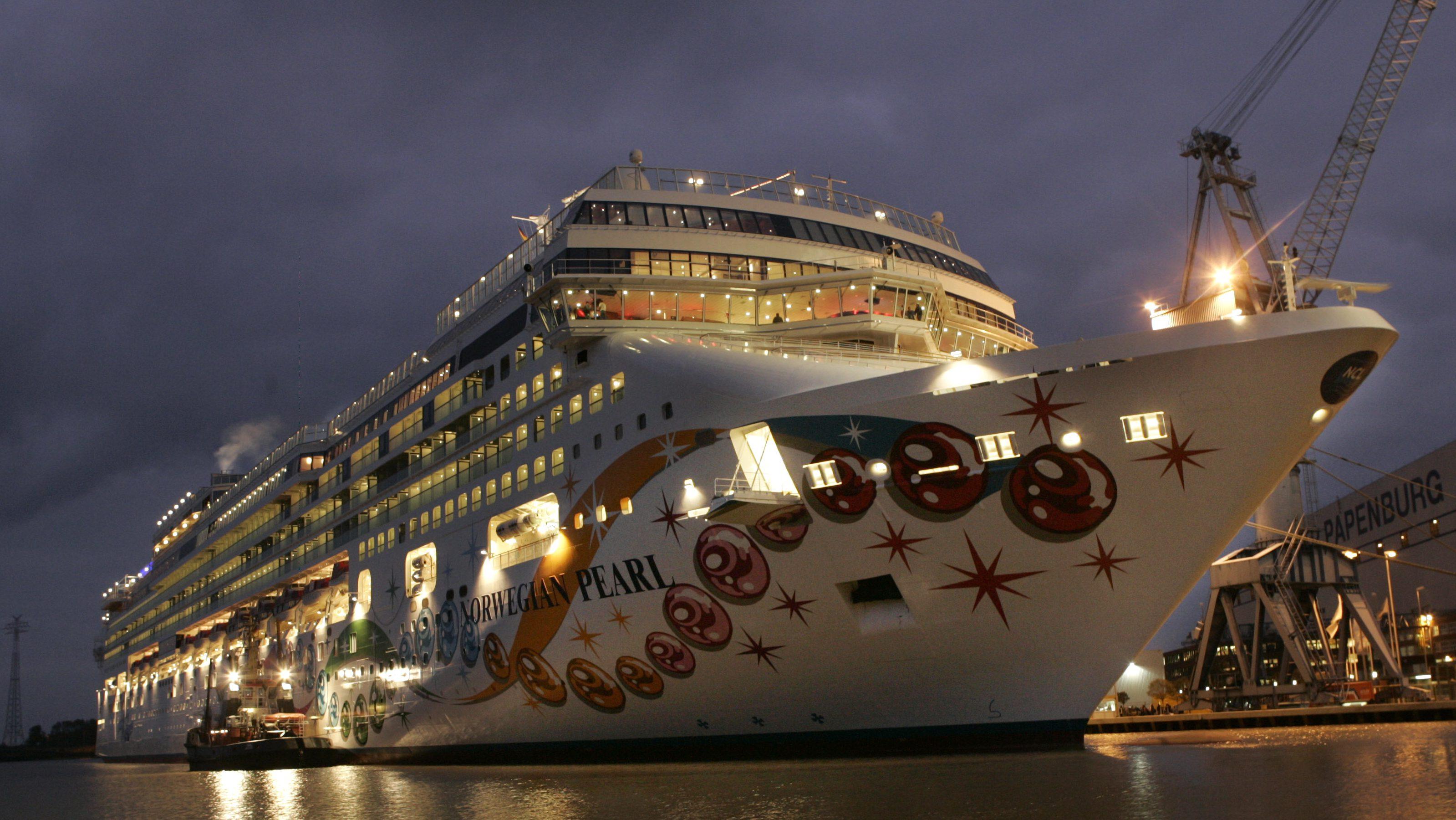 """Das Kreuzfahrtschiff """"Norwegian Pearl"""" liegt am Montag, 6. November 2006, am Kai der Meyer Werft in Papenburg.  Eine Hochspannungsleitung ueber den Fluss wurde am Samstag, 4. November 2006 aus Sicherheitsgruenden ausgeschaltet. Dieses hat moeglicherweise einen Stromausfall in mehreren westeuropaeischen Laendern zur Folge gehabt. Am Abend soll es einen neuen Versuch der Ueberfuehrung geben. (AP Photo/Joerg Sarbach) ---Newly build cruiser 'Norwegian Pearl' lays in the port of the Meyer shipyard in Papenburg, northern Germany, Monday, Nov. 6, 2006. On Saturday a power line was deactivated for a safety passage of the 'Norwegian Pearl' through the river Ems. The shutdown probably caused a blackout in several western European countries. This night it will start a new attempt.(AP Photo/Joerg Sarbach)"""