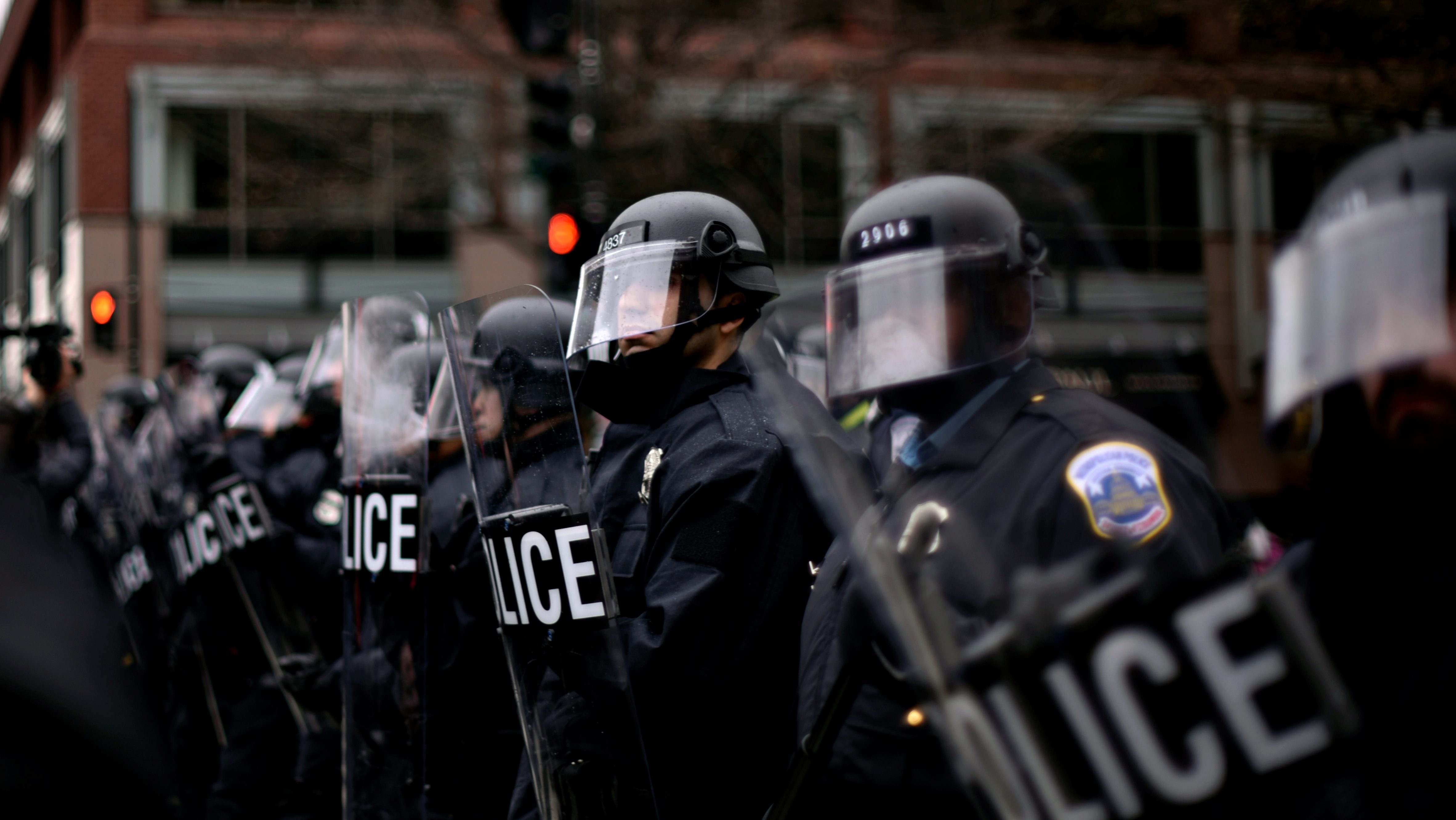 DC riot police form a line across K Street Northwest at 13th Street as protesters react to the swearing in of U.S. President Donald Trump in downtown Washington, U.S., January 20, 2017. REUTERS/James Lawler Duggan - RTSWL1W