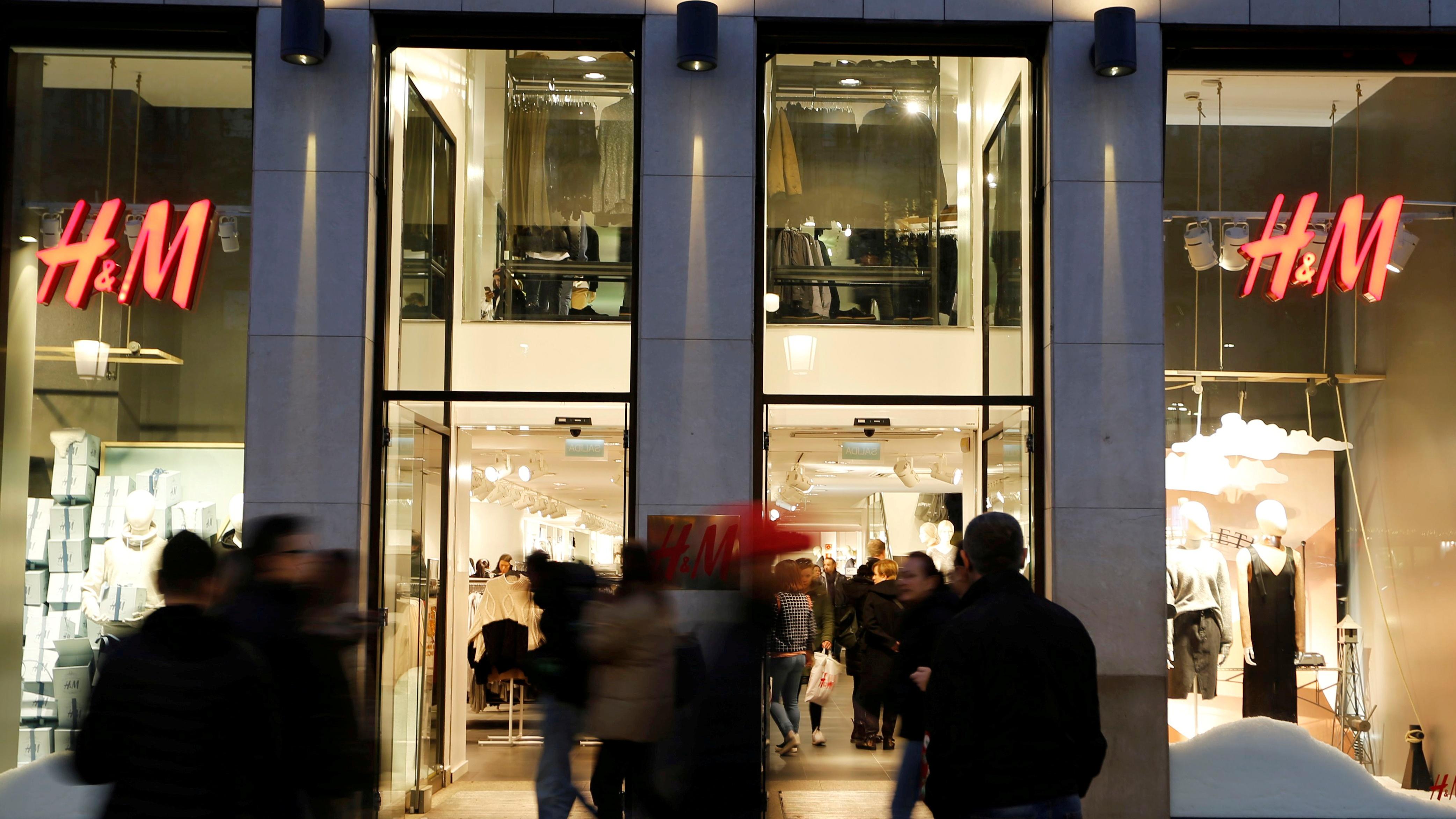 People walk past the windows of an H&M store in Barcelona, Spain, December 30, 2016. REUTERS/Regis Duvignau/File Photo