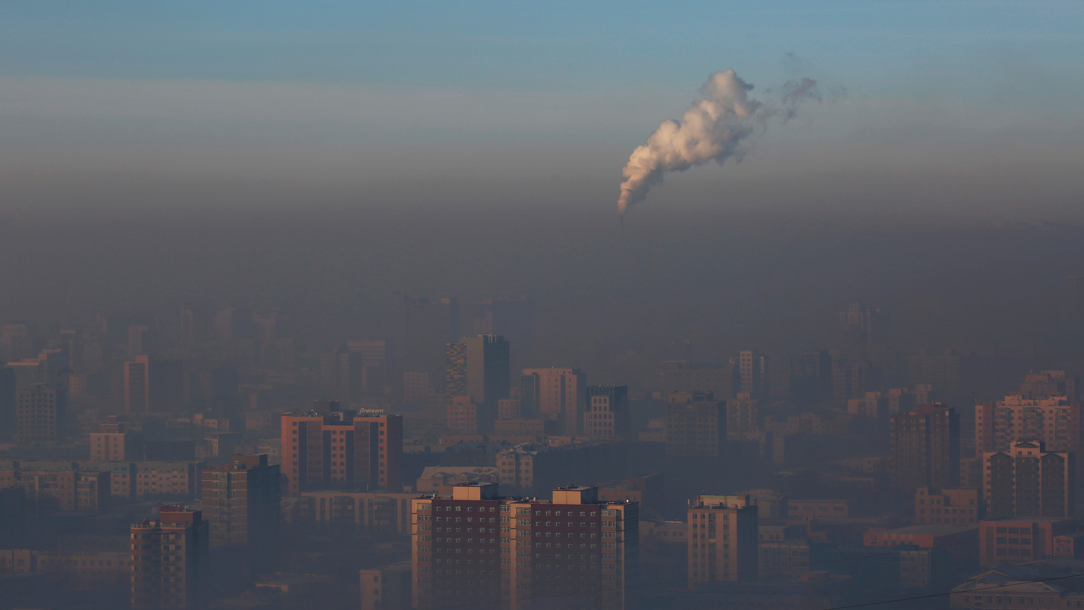Emissions from a power plant chimney rise over Ulaanbaatar, Mongolia January 13, 2017.  REUTERS/B. Rentsendorj