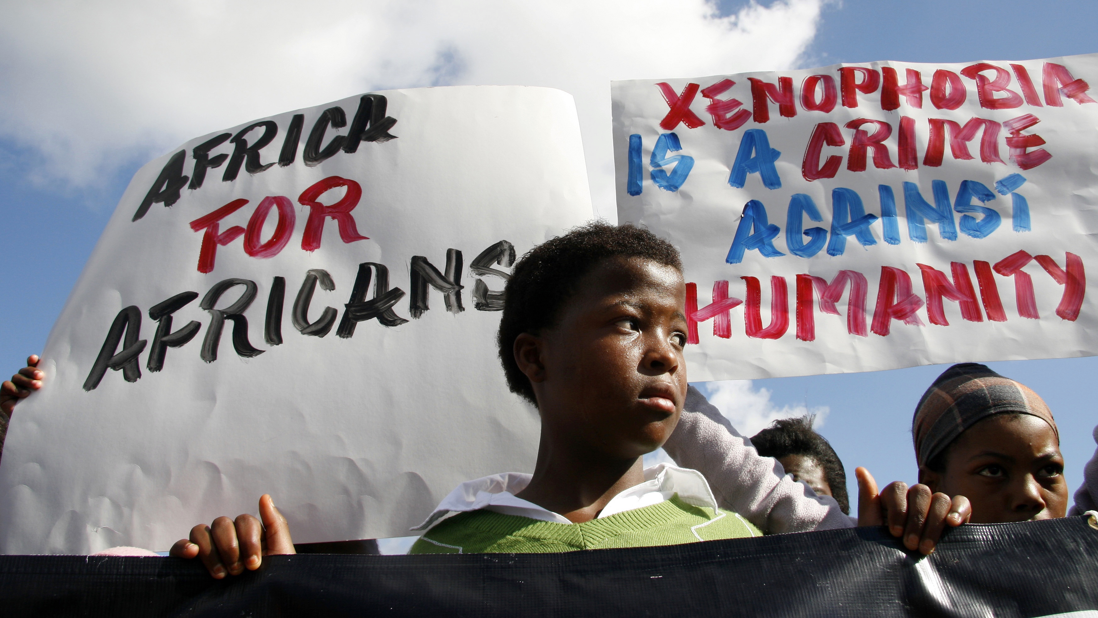 Demostrators march against the recent wave of xenophobic attacks, in Khayelitsha township near Cape Town, May 31, 2008. A wave of attacks on foreigners in South Africa has killed 62 people since the violence broke out three weeks ago, police said on Saturday. REUTERS/Mark Wessels (SOUTH AFRICA) - RTX6D95