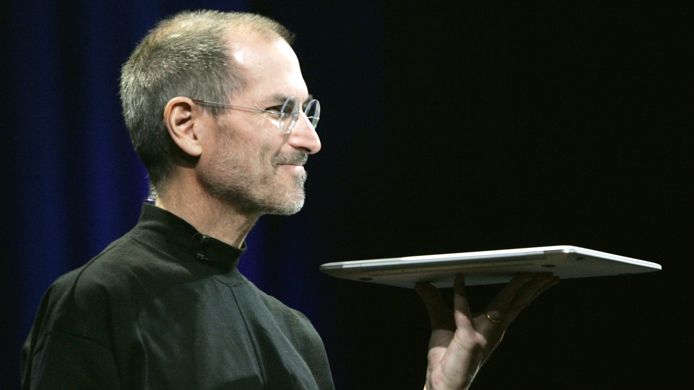 Apple CEO Steve Jobs holds Apple's new Macbook Air notebook computer as he delivers his keynote address during the Macworld Convention and Expo in San Francisco January 15, 2008. REUTERS/Robert Galbraith (UNITED STATES) FOR BEST QUALITY AVAILABLE: ALSO SEE GM1E7AM09EJ01