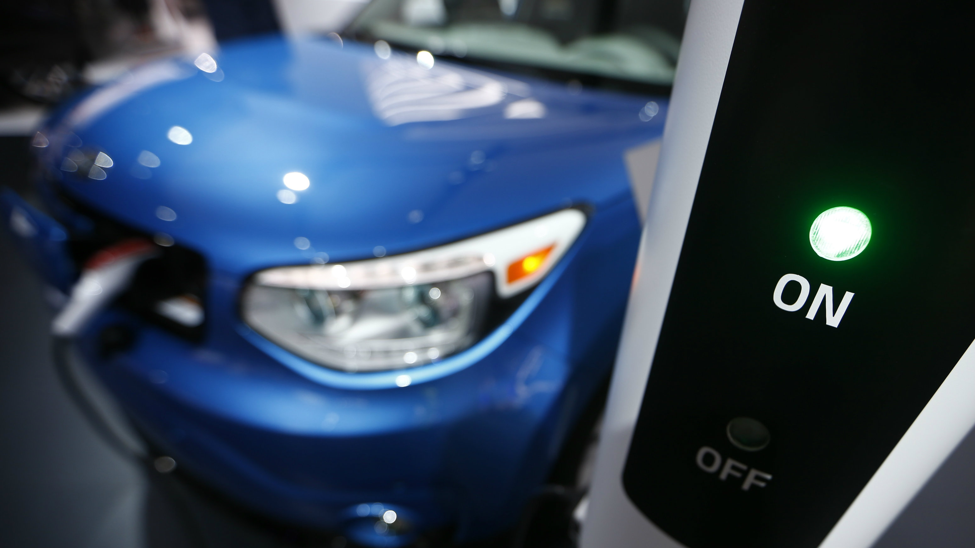A Kia Soul EV is plugged into a charging station during the second press day of the North American International Auto Show in Detroit, Michigan, January 13, 2015. REUTERS/Mark Blinch (UNITED STATES - Tags: TRANSPORT BUSINESS)