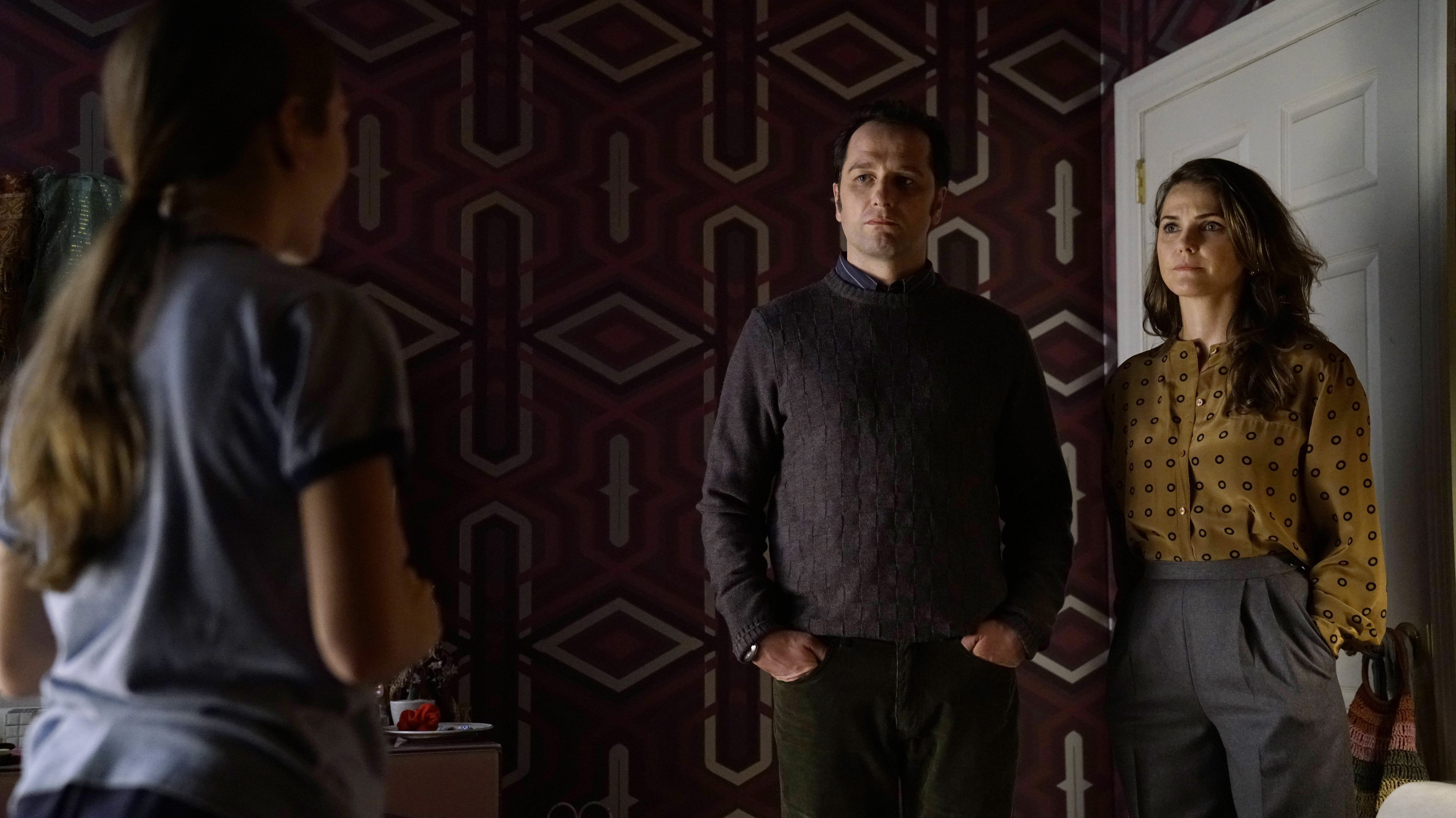"""THE AMERICANS -- """"Amber Waves"""" -- Season 5, Episode 1 (Airs Tuesday, March 7, 10:00 pm/ep) --  Pictured: (l-r) Holly Taylor as Paige Jennings, Matthew Rhys as Philip Jennings, Keri Russell as Elizabeth Jennings. CR: Patrick Harbron/FX"""