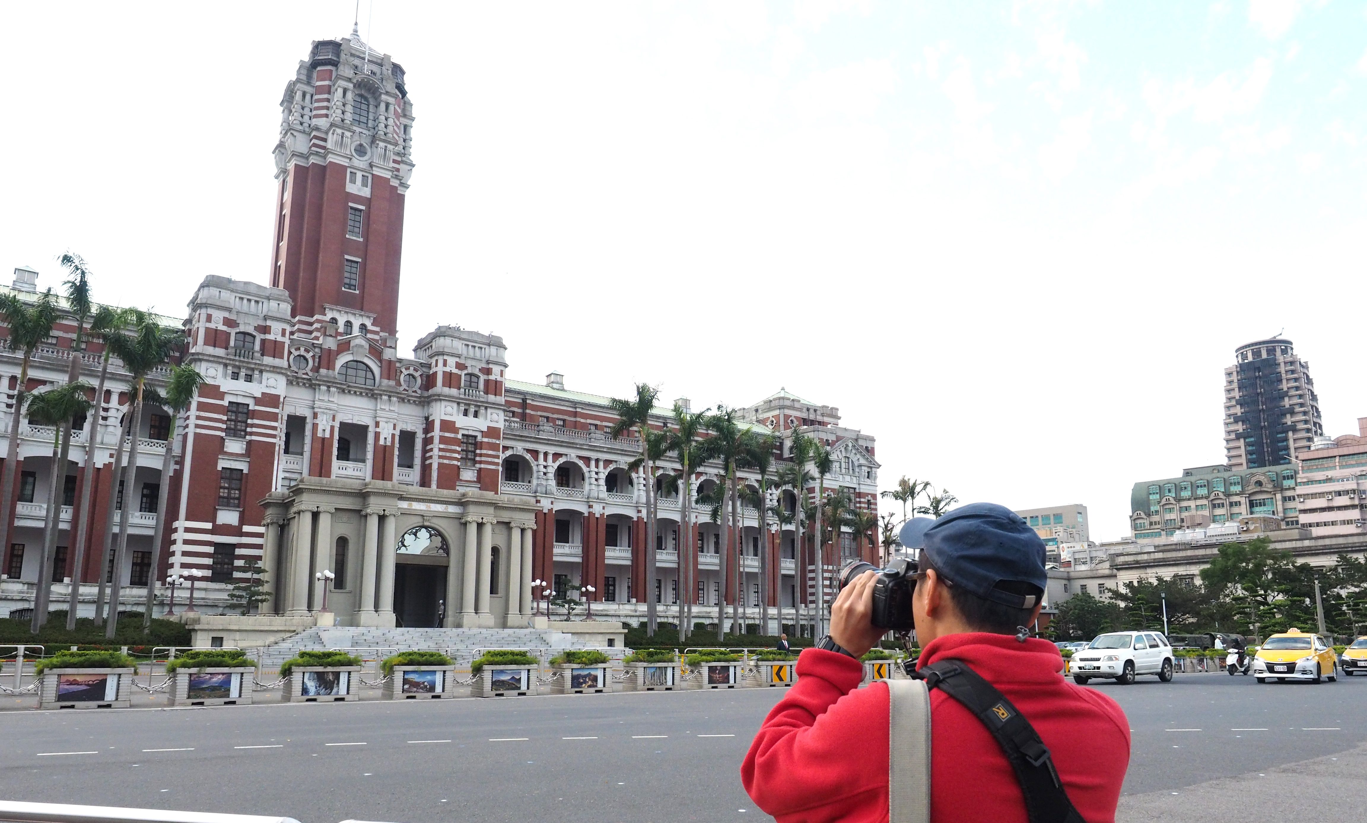 A tourist photographs Taiwan's Presidential Office Building in Tapei, Taiwan, 30 November 2015.
