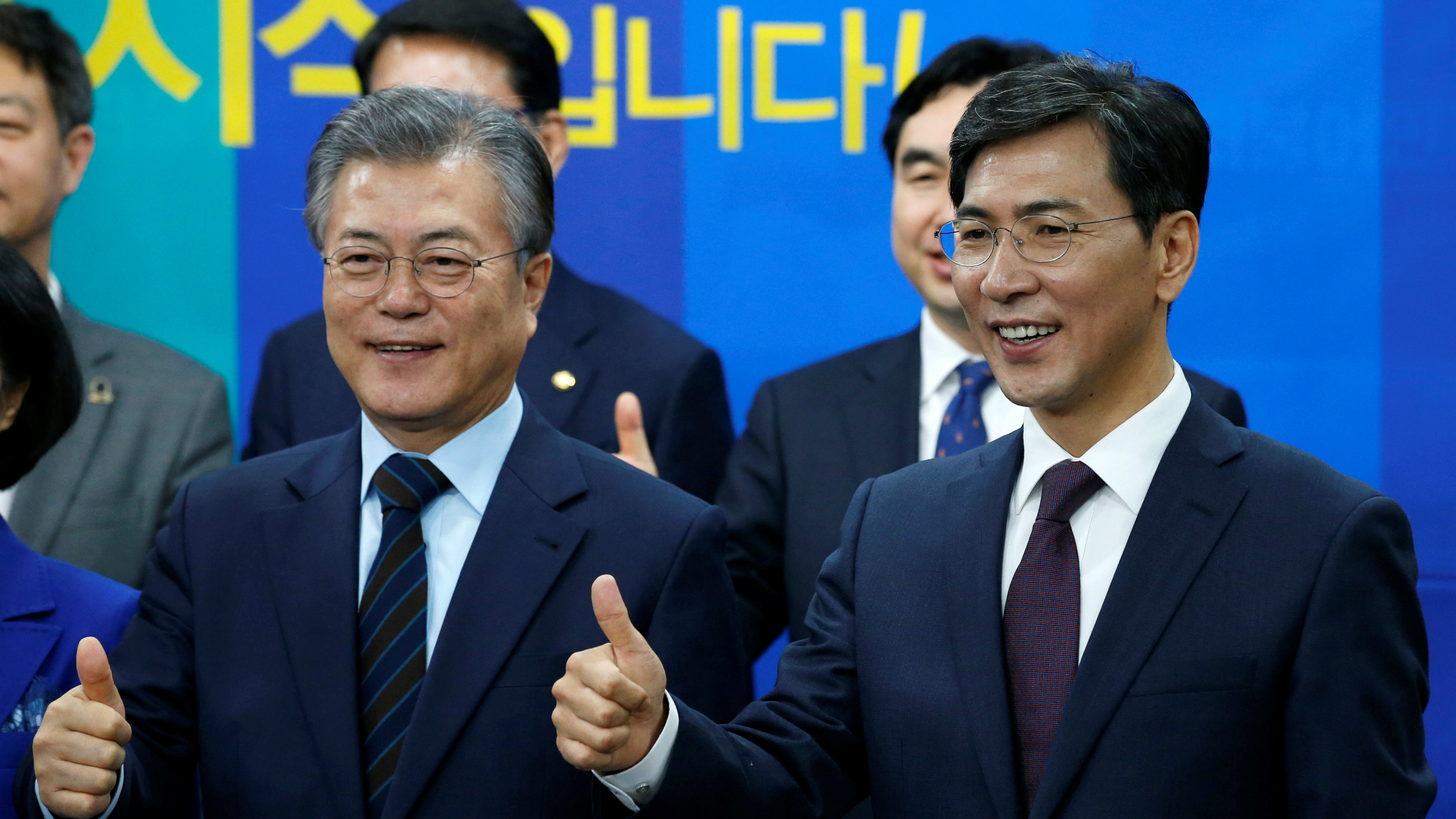 The Democratic PartyÕs candidates for the presidential primary Moon Jae-in (L) and Ahn Hee-jung pose with thumbs-up at an event to declare their fair contest in the partyÕs presidential primary in Seoul, South Korea