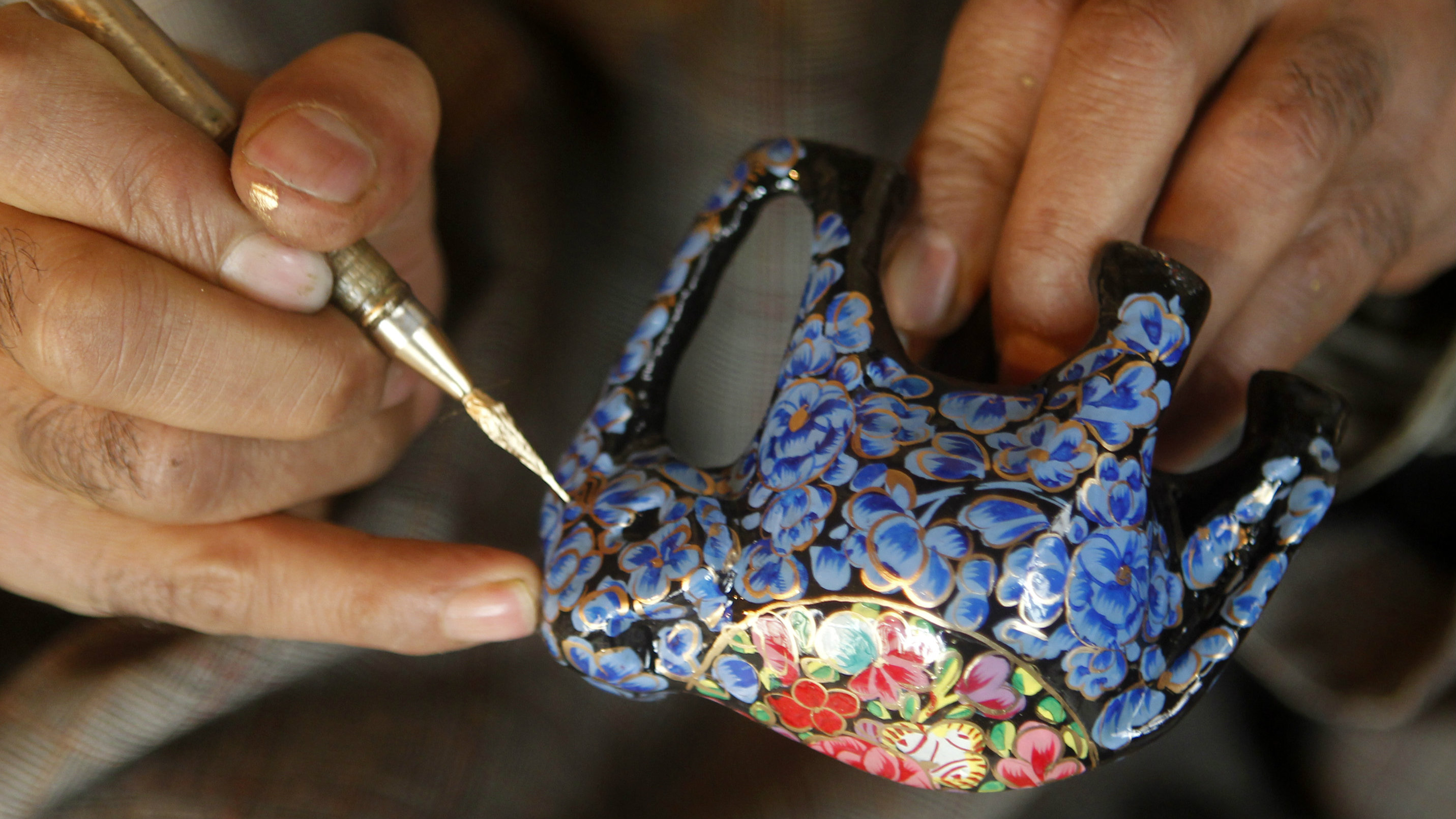 A Kashmiri craftsman paints a papier-mache decoration in Srinagar December 8, 2010. A 15th century art form, the unique craft was favoured by Mughal emperors of the era and involves the use of paper pulp to create artefacts which are then painted by expert craftsmen. REUTERS/Fayaz Kabli (INDIAN-ADMINISTERED KASHMIR - Tags: SOCIETY)