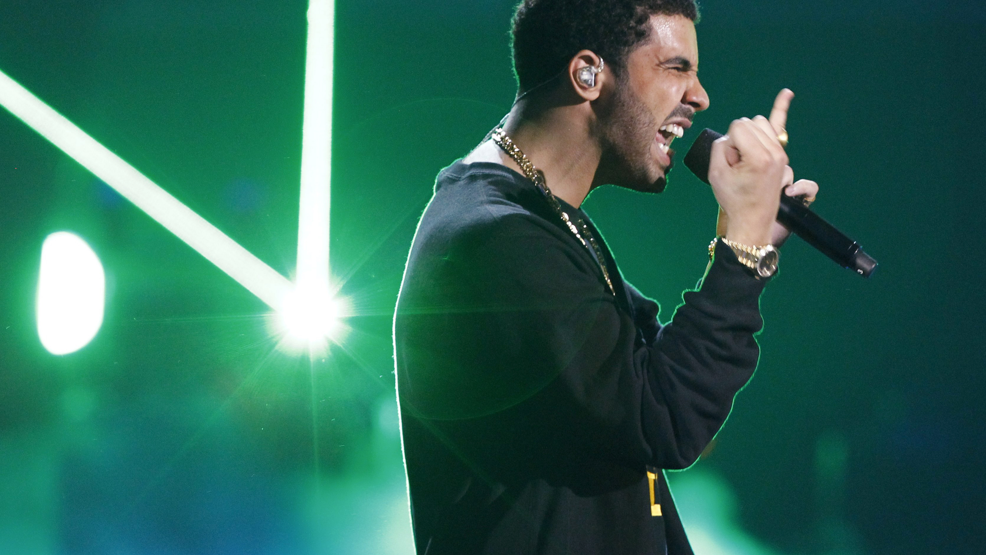 "Drake performs ""I'm On One"" at the 2011 BET Awards in Los Angeles, June 26, 2011.   REUTERS/Mario Anzuoni (UNITED STATES - Tags: ENTERTAINMENT) (BETAWARDS-SHOW) - RTR2O58V"